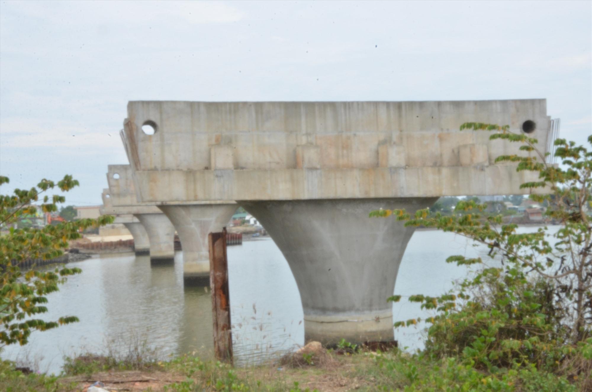 Cầu Tam Giang, nối bán đảo Tam Giang với đô thị Núi Thành nhiều năm thi công dở dang do vướng mặt bằng. Ảnh: H.P