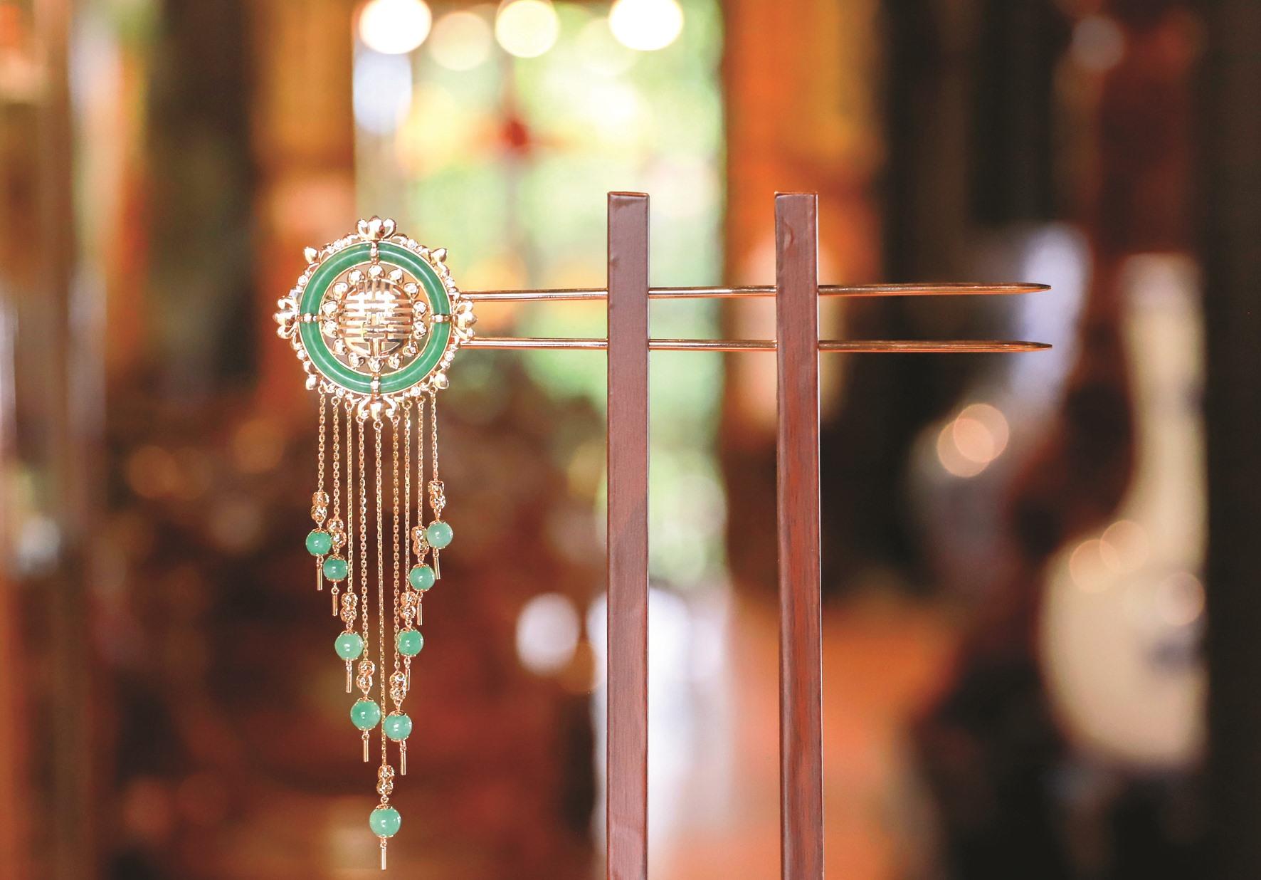 Trâm cài đính ngọc cùng bộ kiềng thích hợp với trang phục áo dài truyền thống.