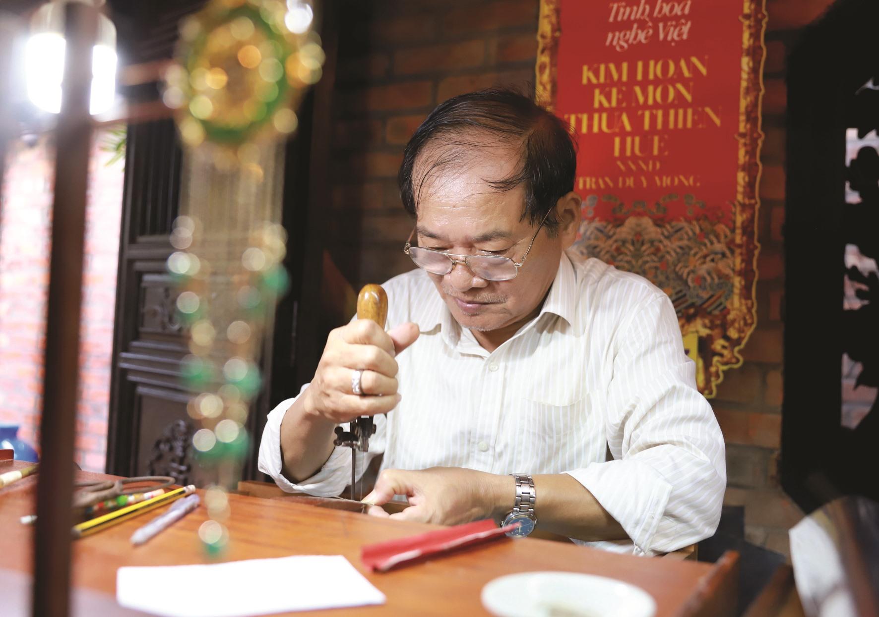 Dù tuổi cao, Nghệ nhân ưu tú Trần Duy Mong vẫn tự tay thiết kế và chế tác những tác phẩm kim hoàn mới.