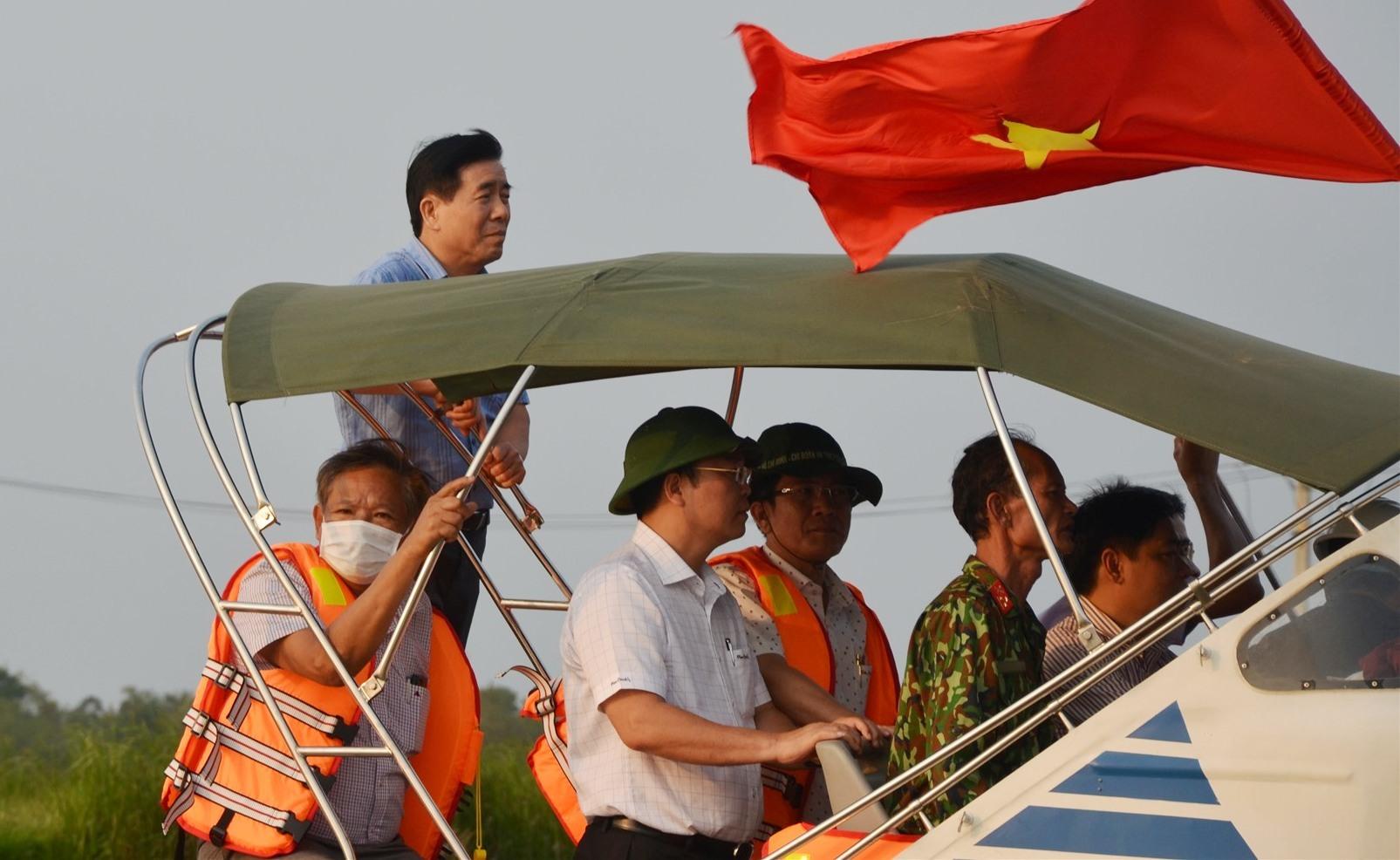 Chủ tịch UBND tỉnh Lê Trí Thanh trực tiếp thị sát sông Tam Kỳ. Ảnh: H.P