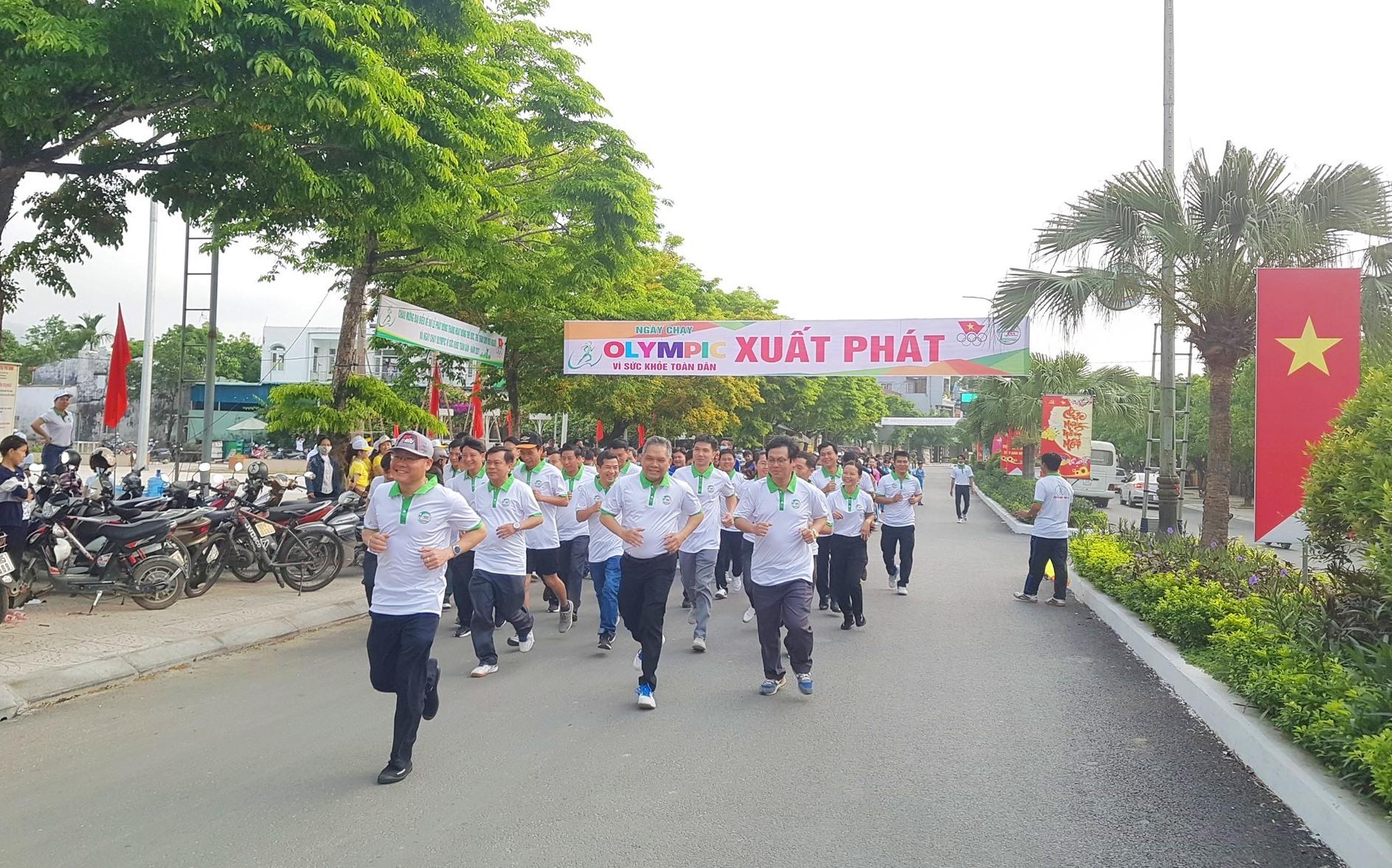 Lãnh đạo huyện Tiên Phước và các đơn vị tham gia chạy hưởng ứng. Ảnh: D.L