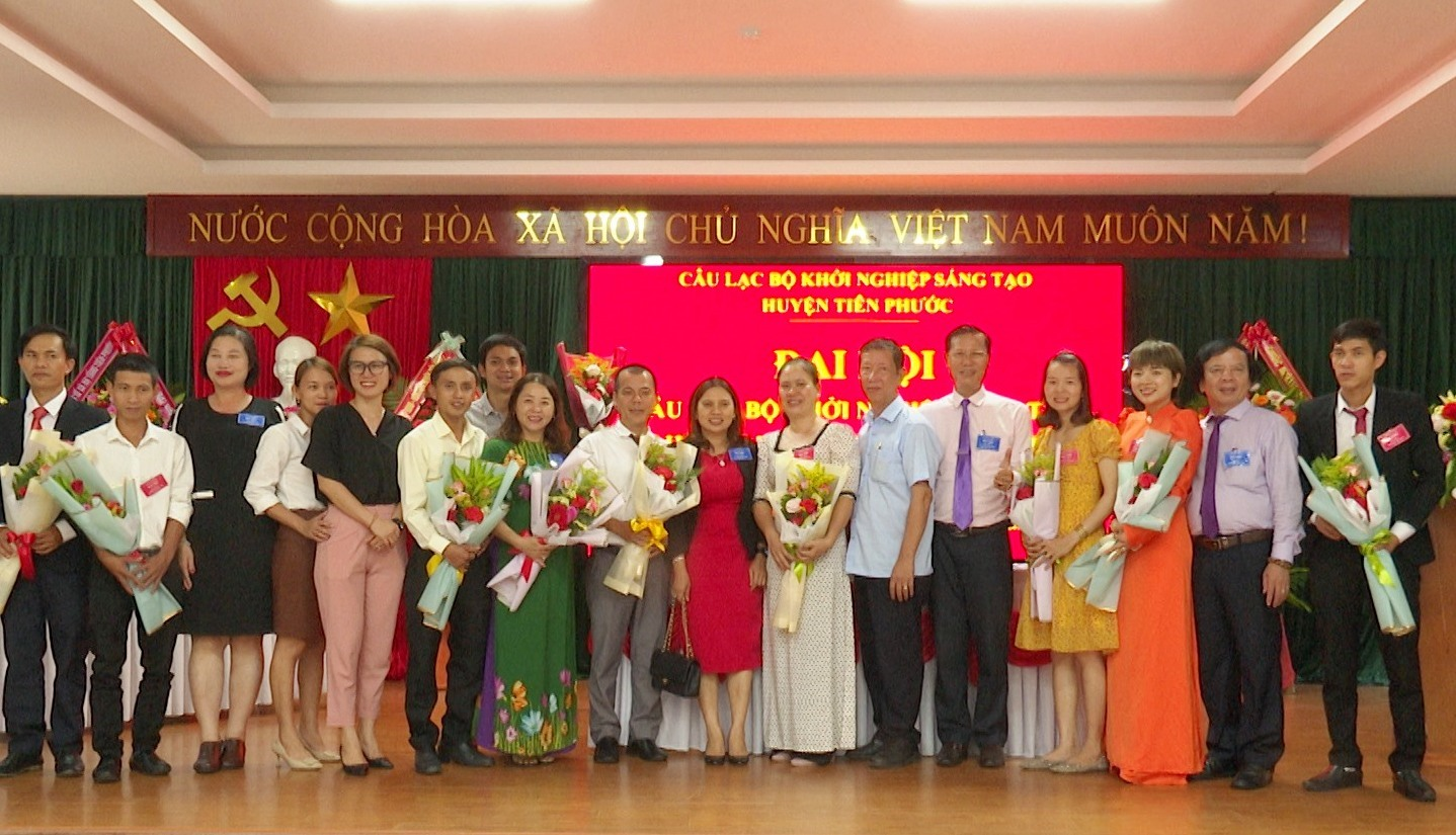 Đại biểu tặng hoa chúc mừng thành công đại hội. Ảnh: N.HƯNG