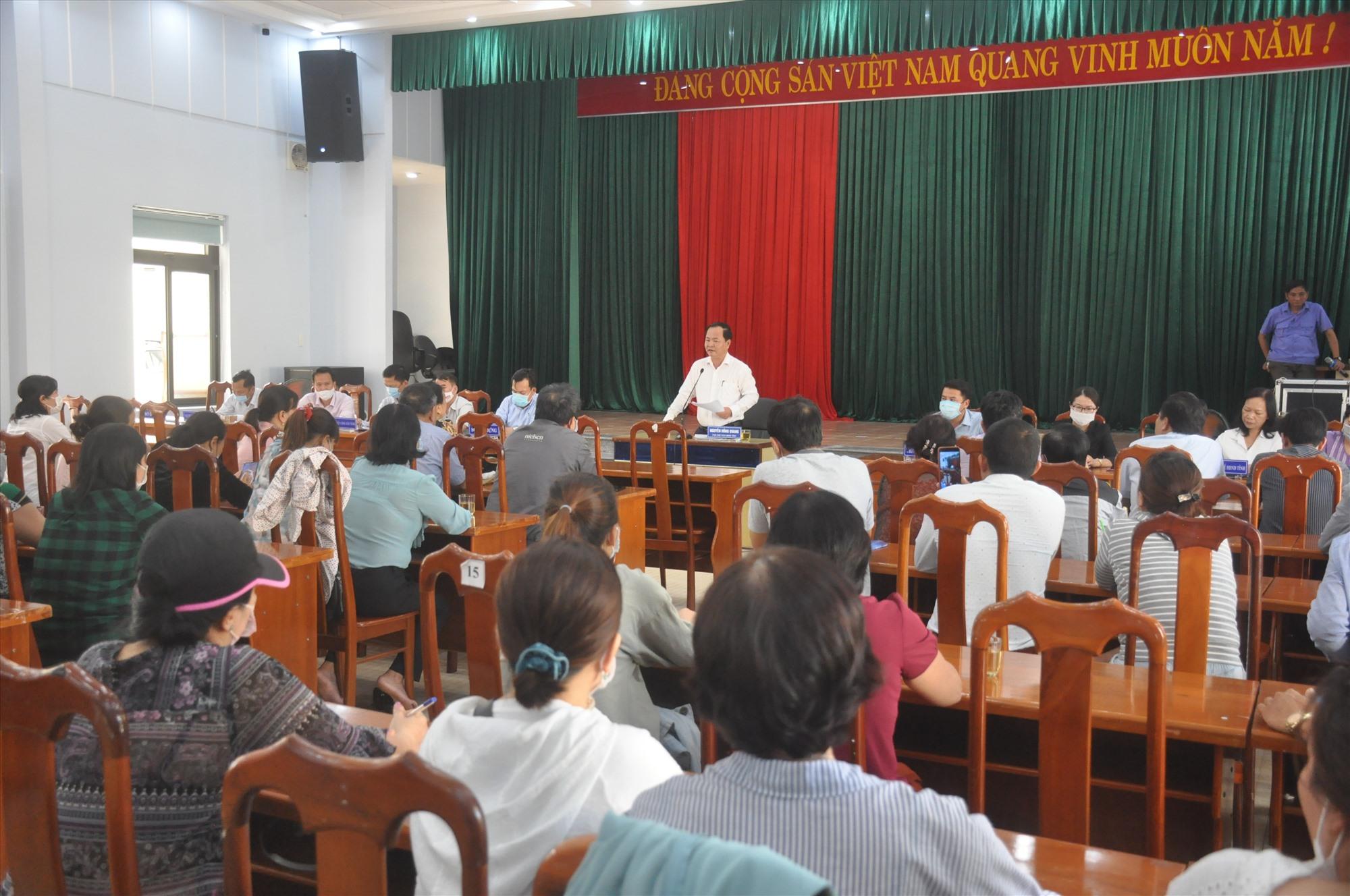Hàng chục hộ dân mua đất nền dự án Bách Đạt An đăng ký được tiếp, đối thoại tại buổi tiếp dân định kỳ tháng 3.2021 của lãnh đạo UBND tỉnh sáng 26.3. Ảnh: N.Đ