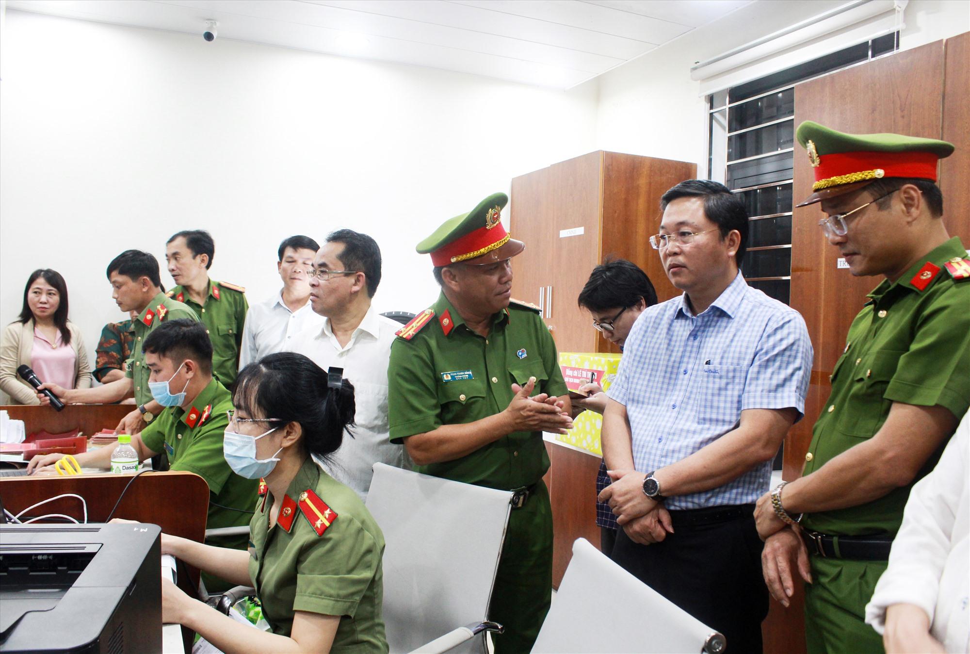 Chủ tịch UBND tỉnh Lê Trí Thanh kiểm tra công tác cấp CCCD tại Trung tâm Hành chính công TP.Tam Kỳ. Ảnh: T.C