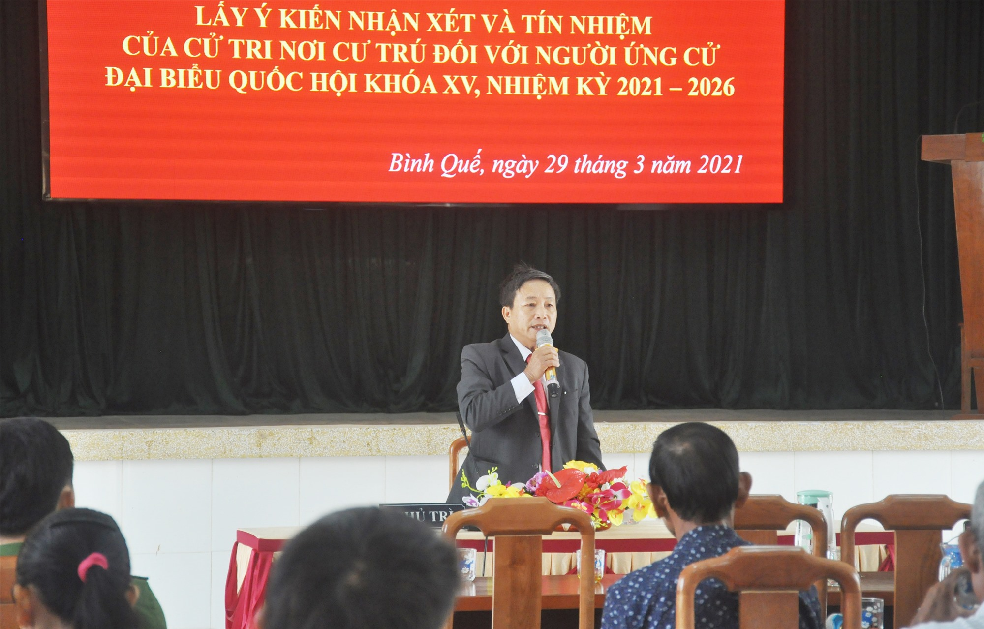 Đại diện Ban Thường trực Ủy ban MTTQ Việt Nam xã Bình Quế chủ trì hội nghị lấy ý kiến nhận xét và tín nhiệm của cử tri nơi cư trú đối với người ứng cử ĐBQH khóa XV. Ảnh: N.Đ