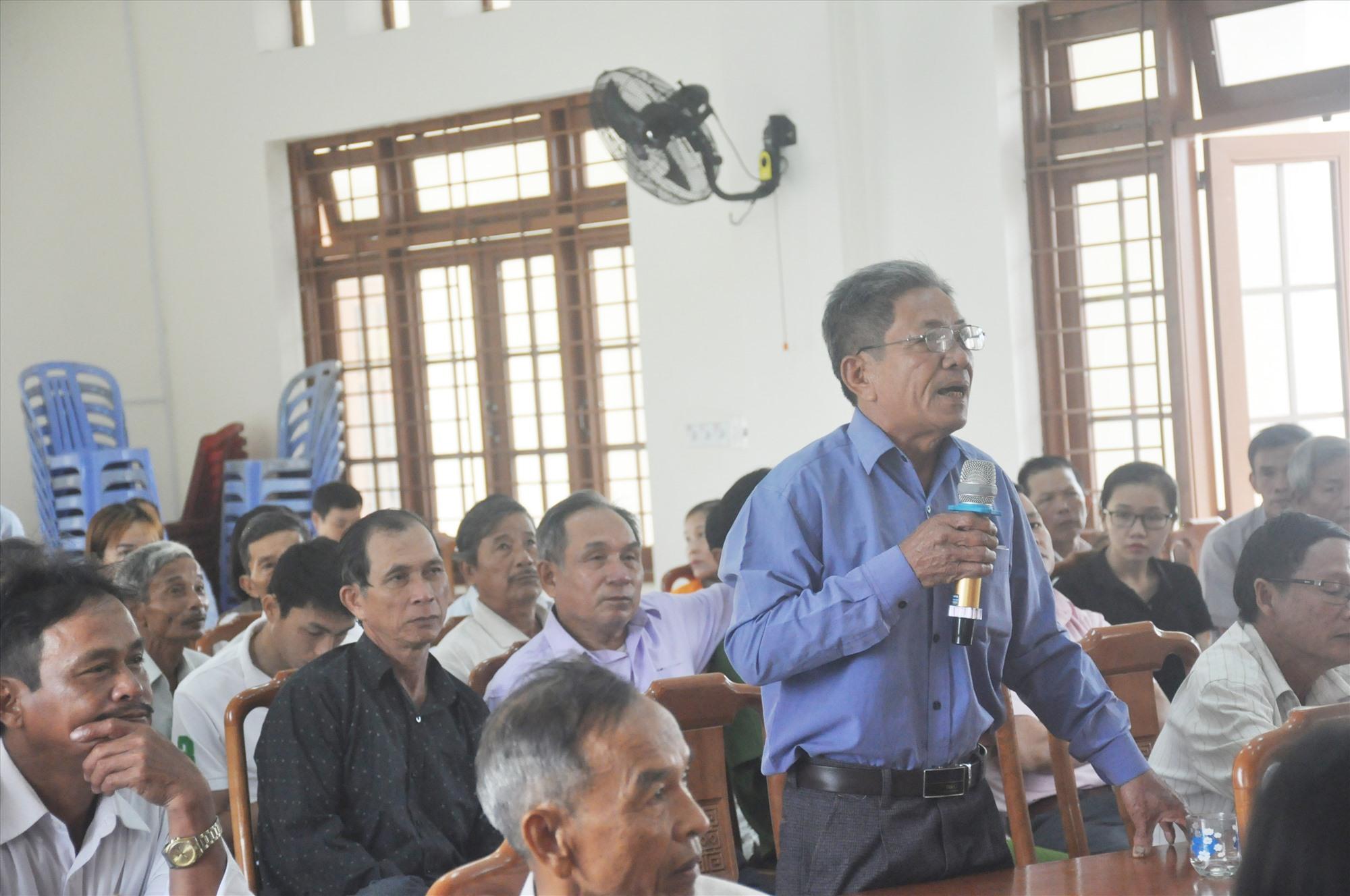 Cử tri thôn Bình Quang phát biểu tại hội nghị. Ảnh: N.Đ