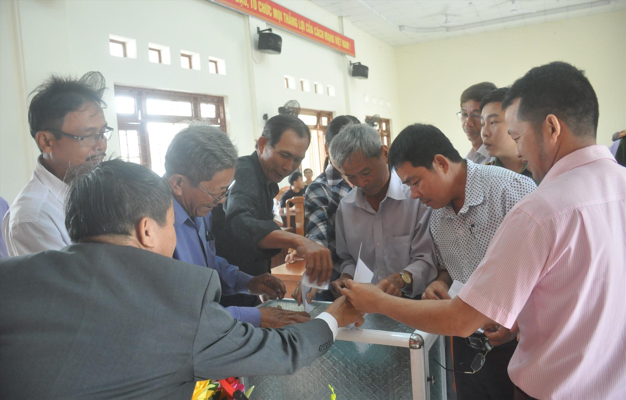 cử tri thôn Bình Quang bỏ phiếu tín nhiệm đối với người ứng cử ĐBQH khóa XV tạo hội nghị sáng nay 29.3. Ảnh: N.Đ