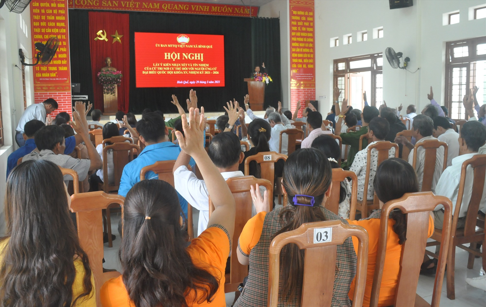 Cử tri thôn Bình Quang biểu quyết thống nhất với biên bản hội nghị được chủ trì hội nghị thông qua. Ảnh: N.Đ