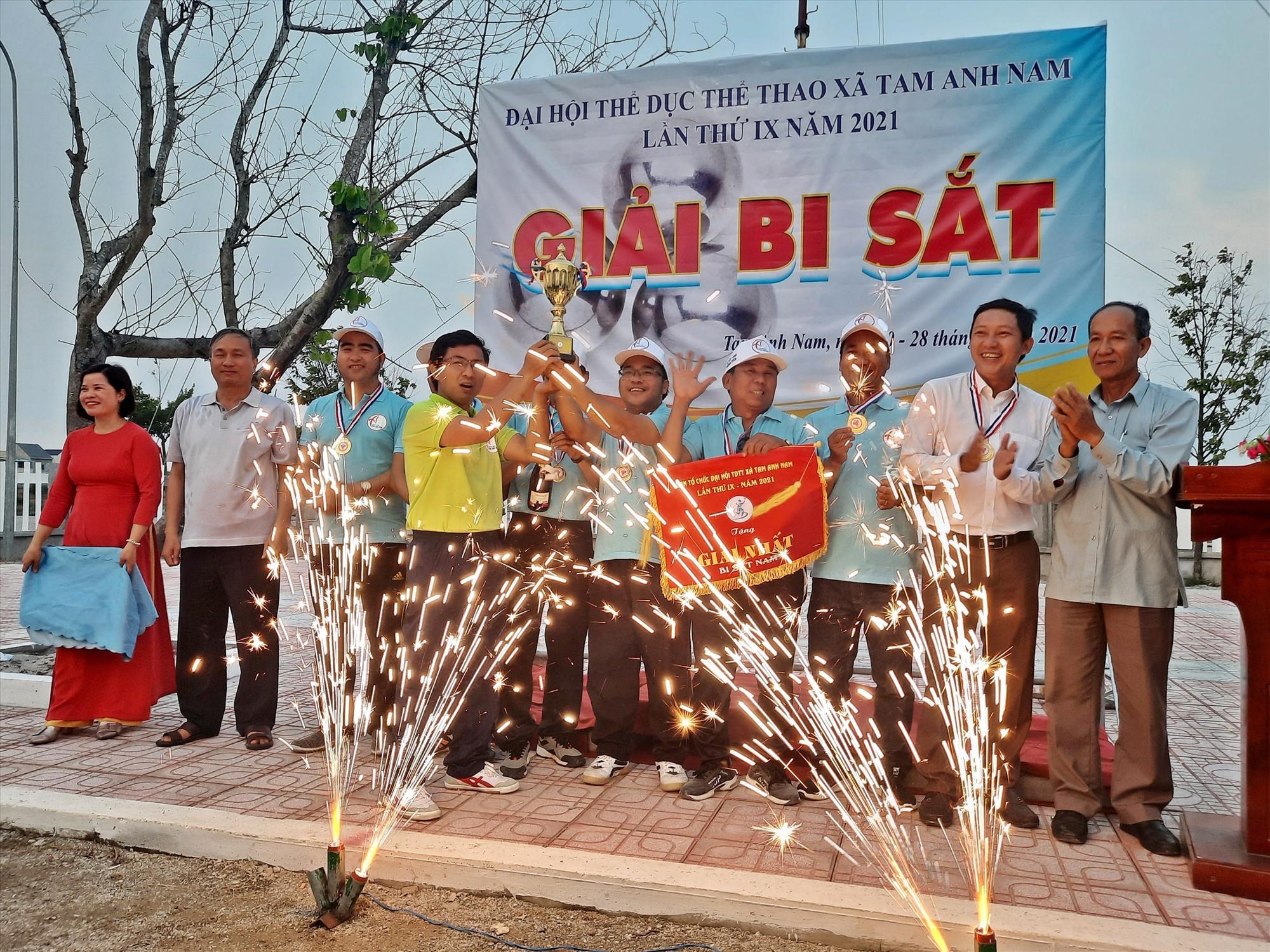 Giải đấu lần này, UBND xã Tam Anh Nam còn mời một số địa phương khác đến tham gia, chia sẻ kinh nghiệm và hướng dẫn kỹ thuật chơi, điều lệ thi đấu để phát triển bộ môn thể thao này trên địa bàn huyện.