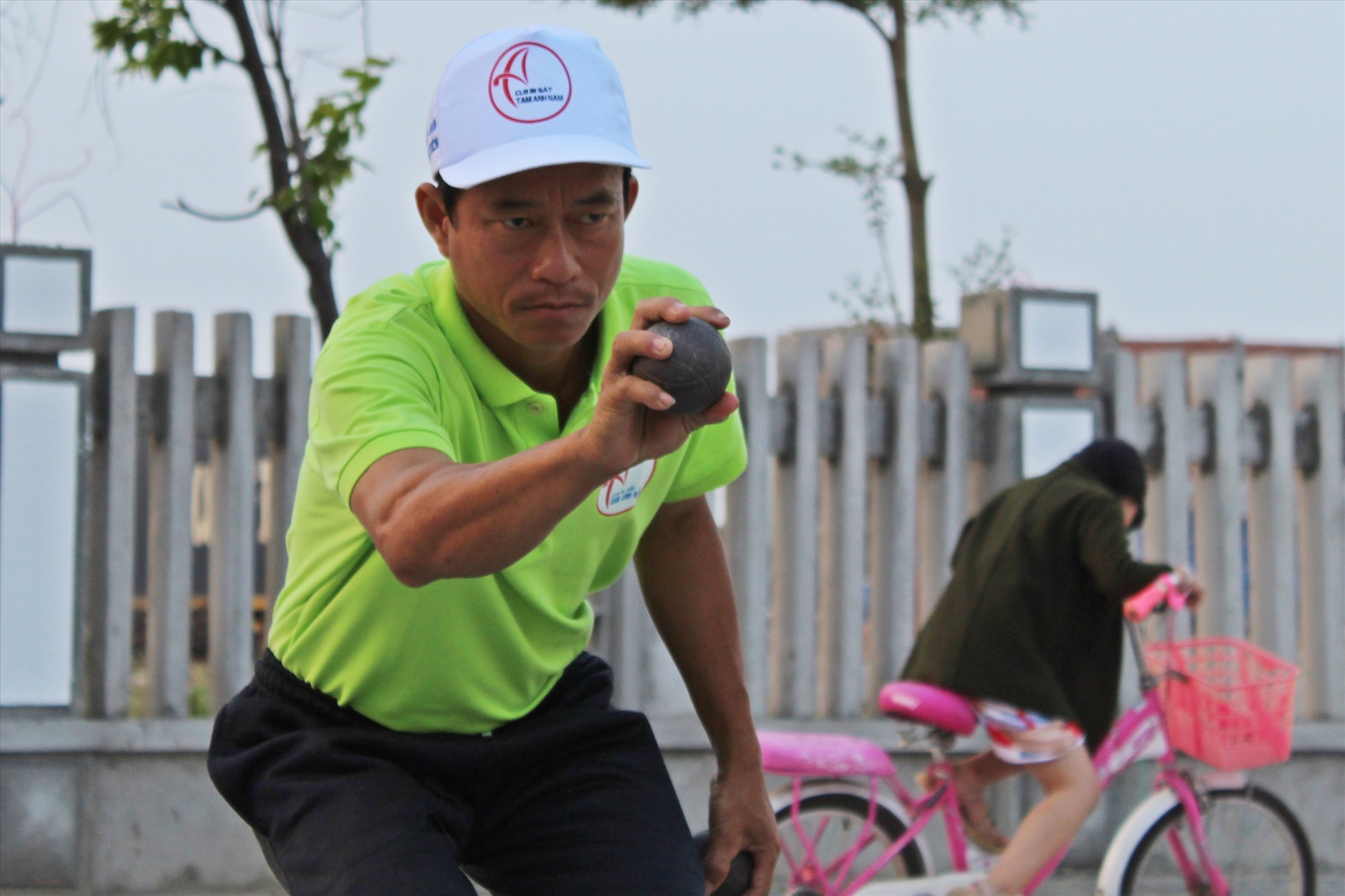 Theo các vận động viên, bộ môn này gần như không có chấn thương và hiệu quả về rèn luyện sức khỏe là khá cao khi chỉ cần chơi 3 hiệp bi sắt là tương đương với đi bộ 15km.