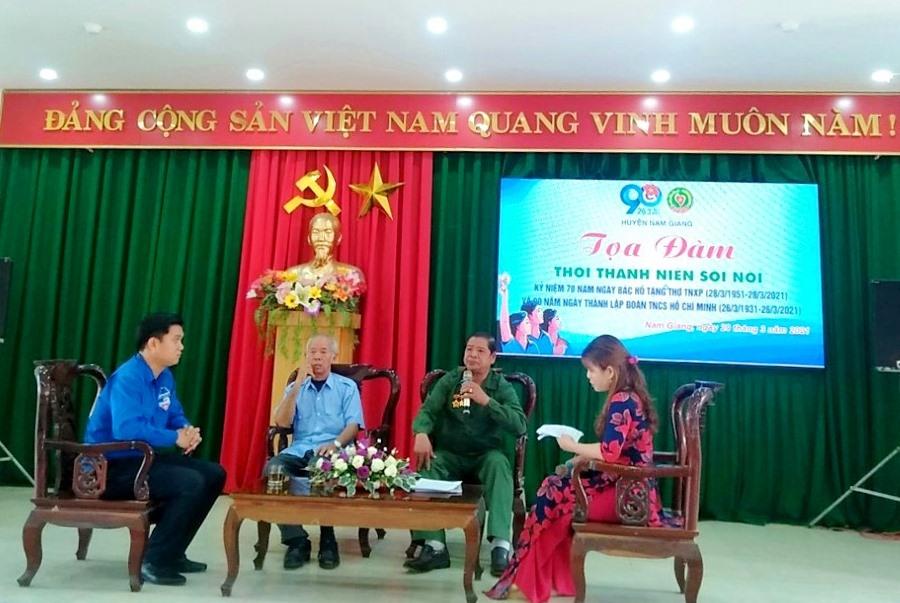 Các thế hệ cựu TNXP huyện Nam Giang chia sẻ câu chuyện lịch sử một thời hào hùng. Ảnh: L.H