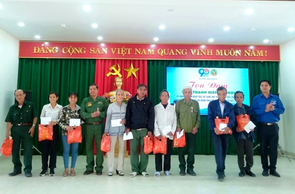 Huyện đoàn Nam Giang trao quà động viên cựu TNXP. Ảnh: L.H