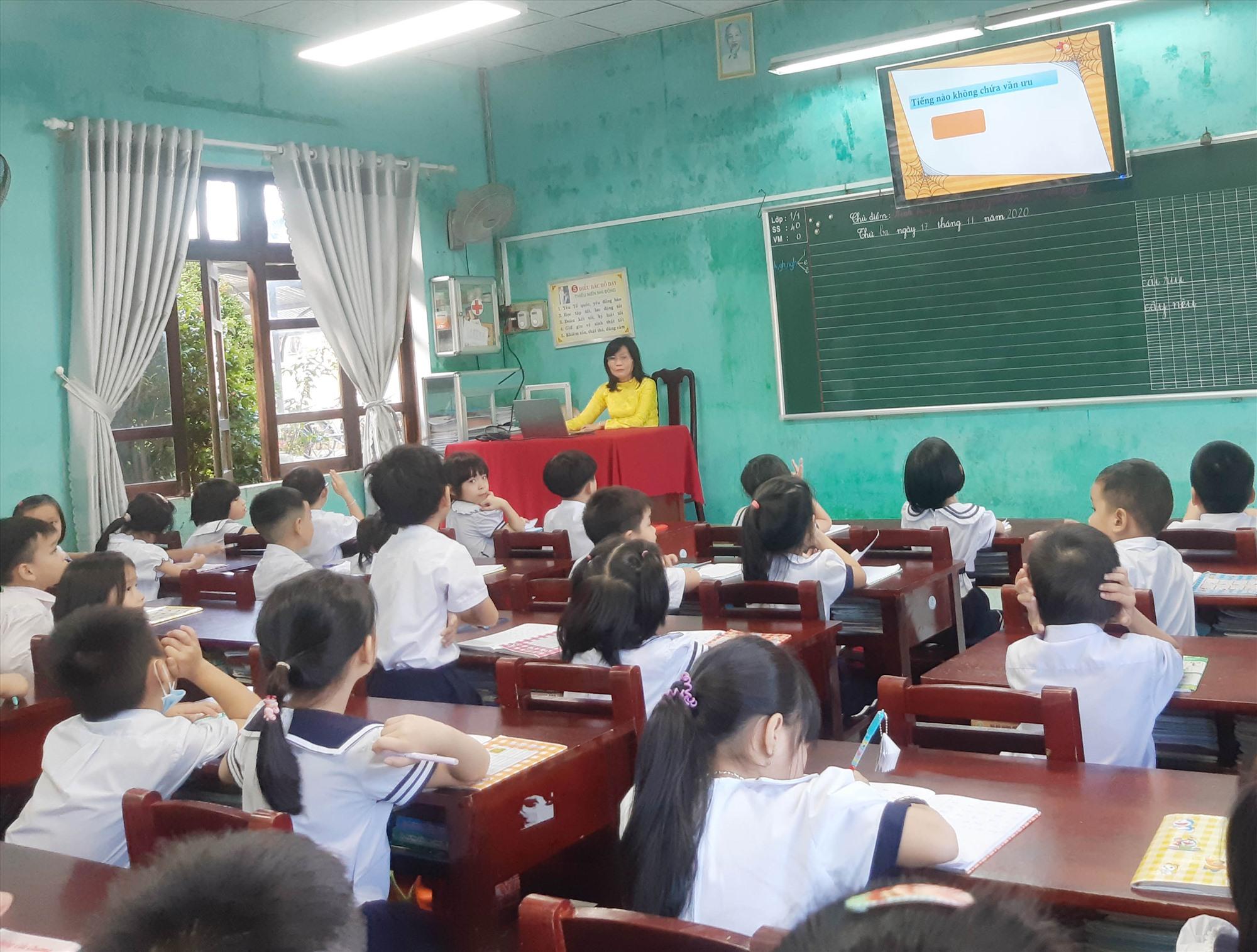 """Lớp học lắp đặt mô hình """"Ánh sáng thông minh"""" tại Trường TH Sơn Phong (Hội An). Ảnh: H.L"""