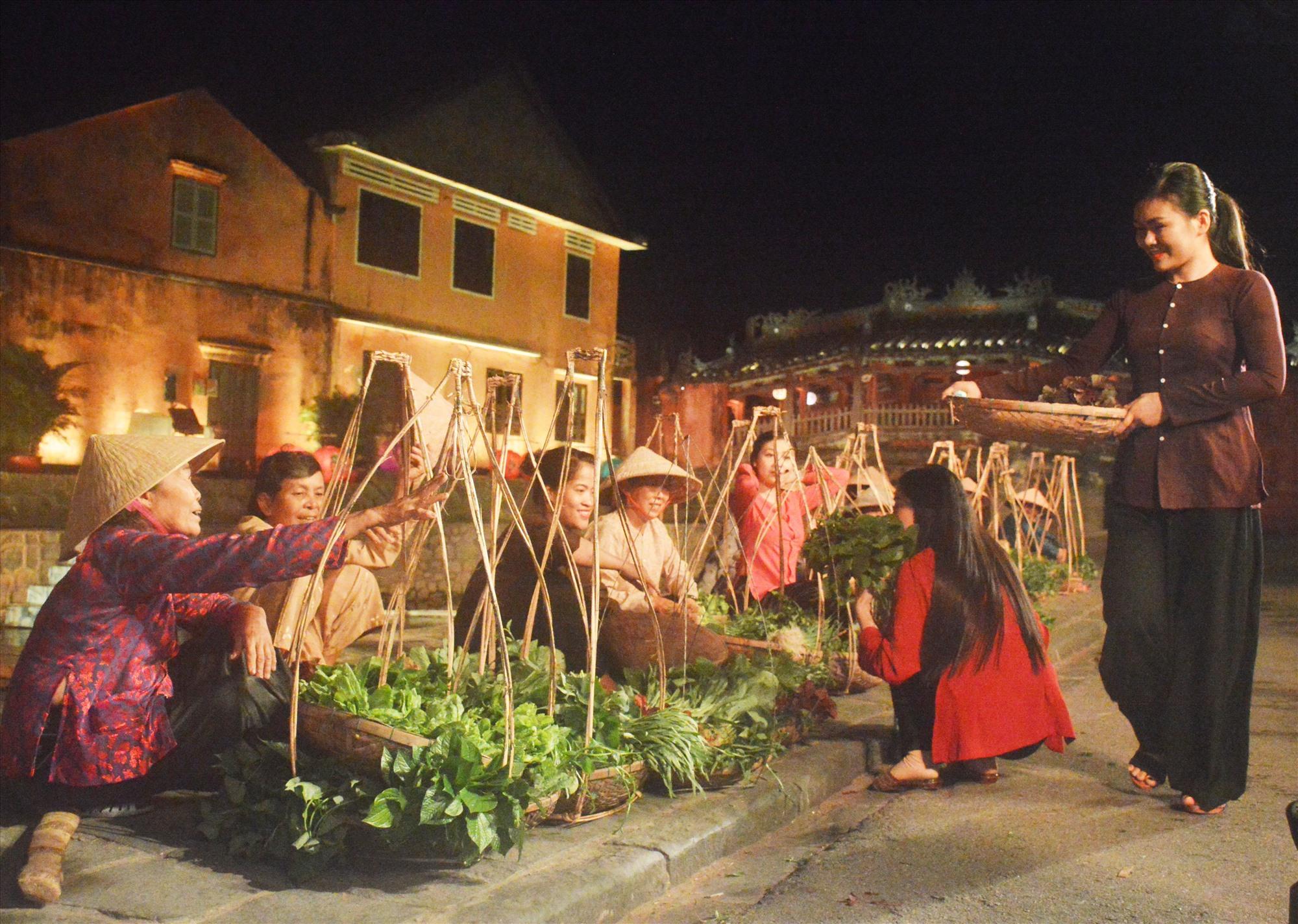 Đời sống thường nhật của người dân làng rau Trà Quế được tái hiện trong show diễn. Ảnh: T.L