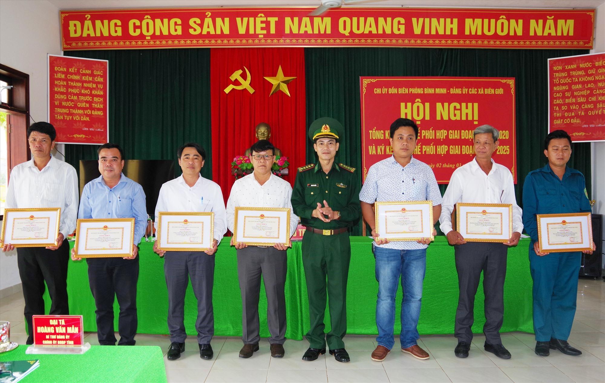 Đại tá Hoàng Văn Mẫn - Bí thư Đảng ủy, Chính ủy BĐBP tỉnh tặng giấy khen cho các tập thể, cá nhân đã có thành tích trong thực hiện quy chế phối hợp. Ảnh: HỒNG ANH