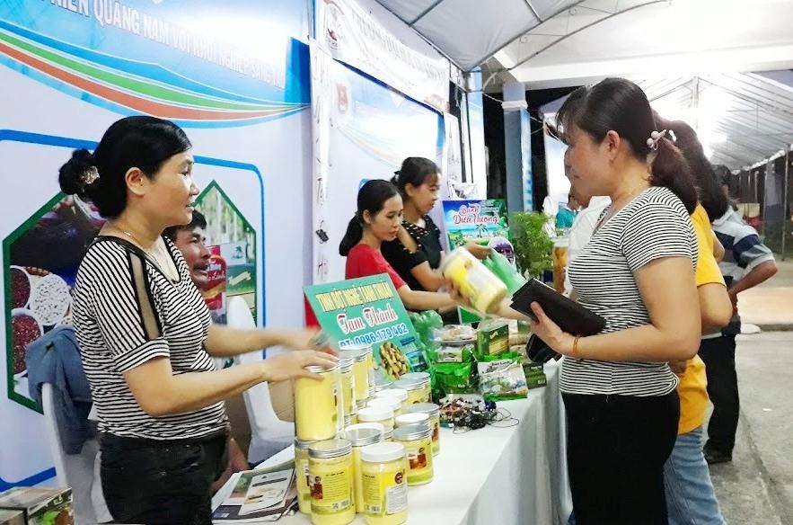 Trưng bày và bán sản phẩm tại ngày hội khởi nghiệp sáng tạo tỉnh Quảng Nam lần thứ nhất năm 2019. Ảnh: C.N