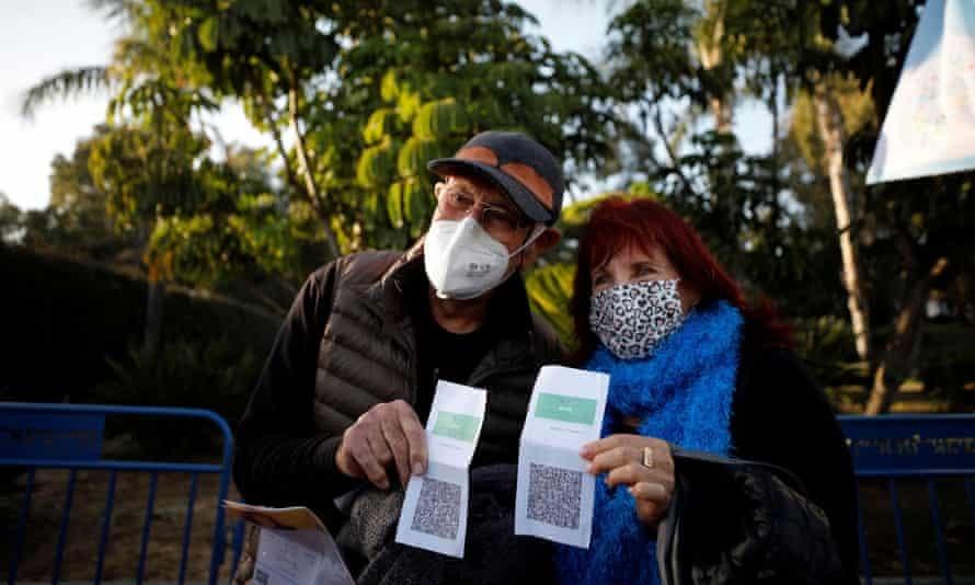 Những người cao niên được tiêm chủng tạo dáng với chiếc thẻ xanh của họ tại một buổi hòa nhạc ở công viên Yarkon, ở Tel Aviv. Ảnh: Amir Cohen / Reuters