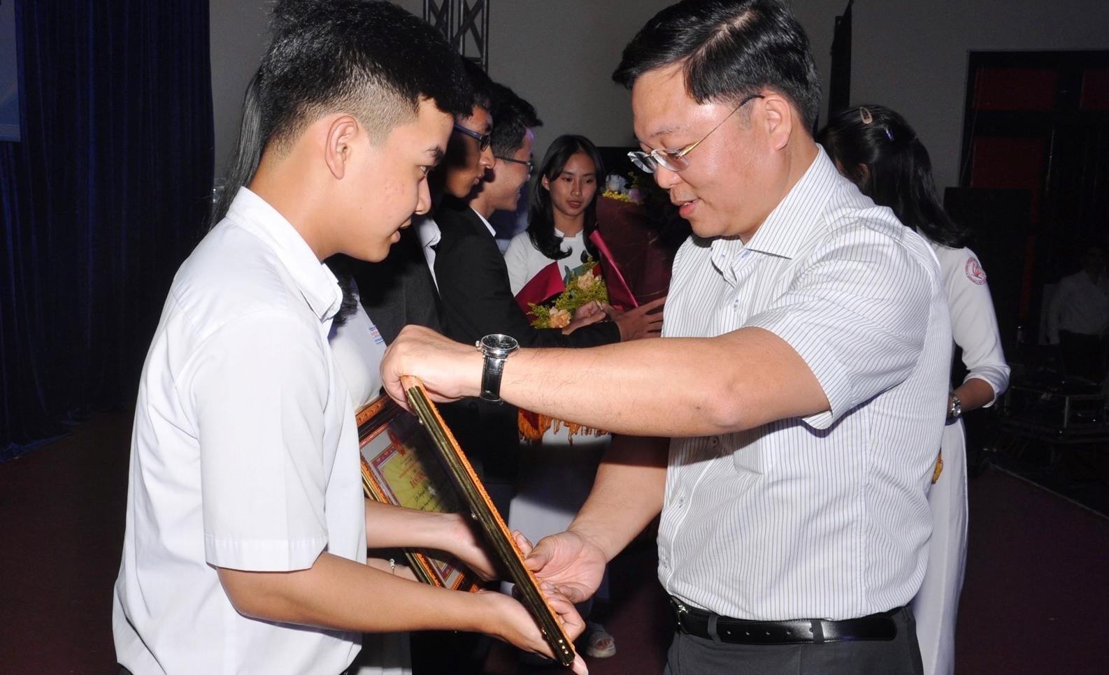 Chủ tịch UBND tỉnh tặng bằng khen cho học sinh đoạt giải. Ảnh: X.P