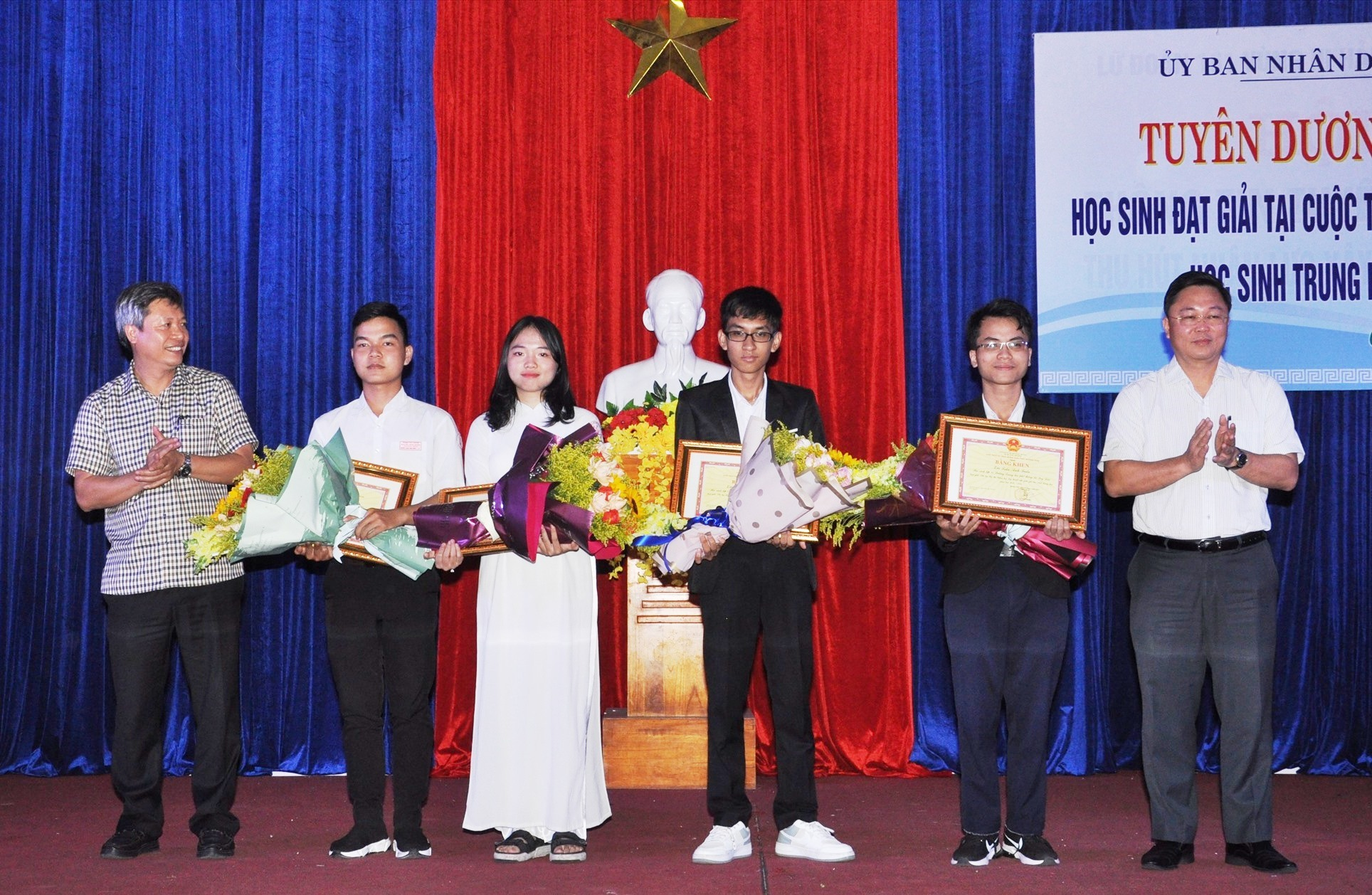 Chủ tịch UBND tỉnh Lê Trí Thanh và Phó Chủ tịch UBND tỉnh Hồ Quang Bửu chúc mừng thành tích 4 học sinh. Ảnh: X.P