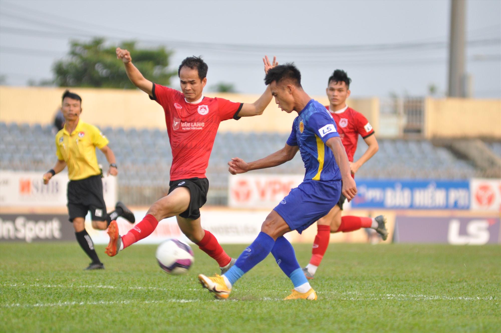 Minh Tuấn (áo xanh) vẫn thi đấu năng nổ song kém hiệu quả. Ảnh: A.NHI