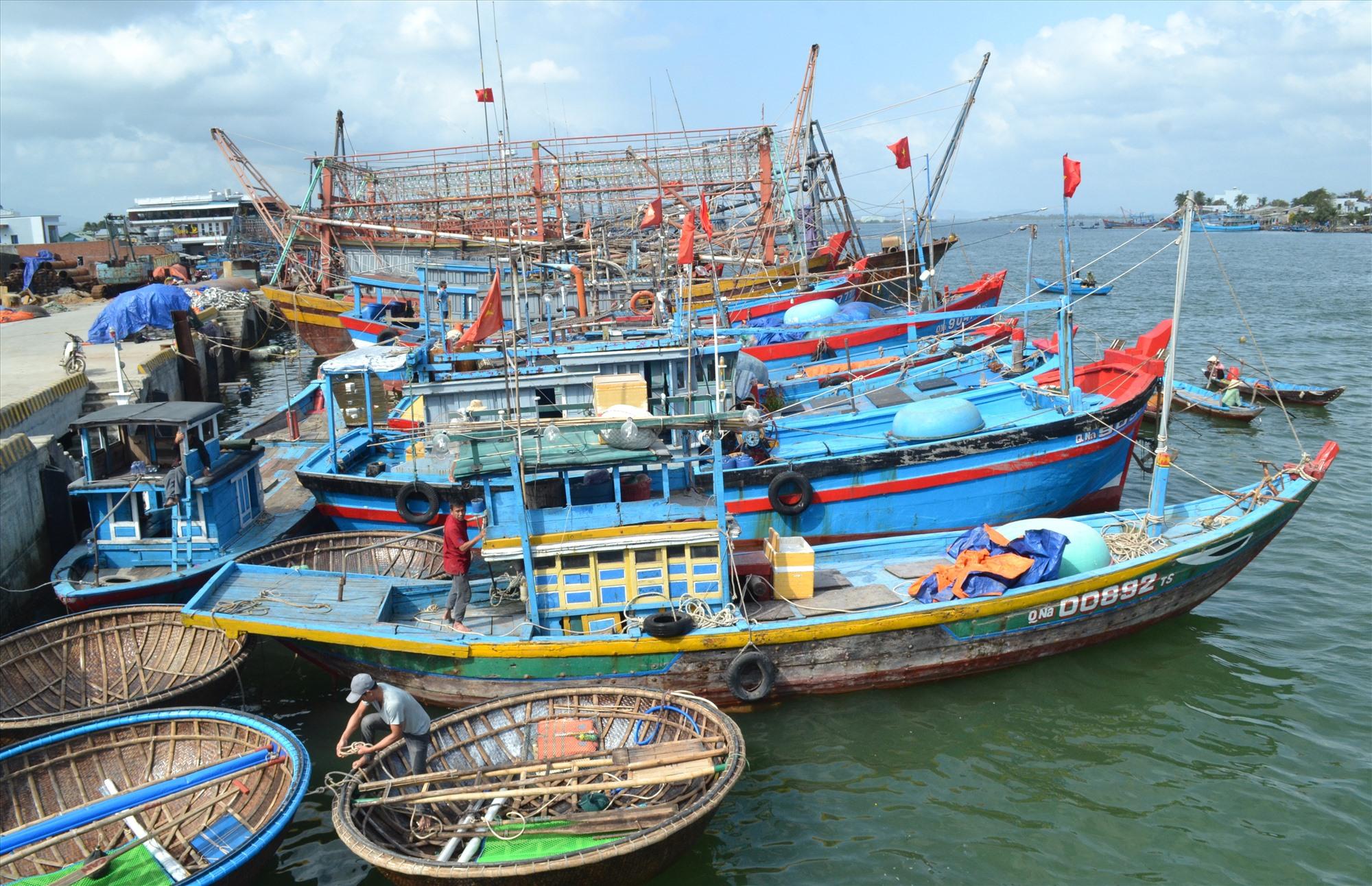 Ngư dân trong tỉnh chuẩn bị ra khơi khai thác hải sản vụ chính trong năm. Ảnh: VIỆT NGUYỄN