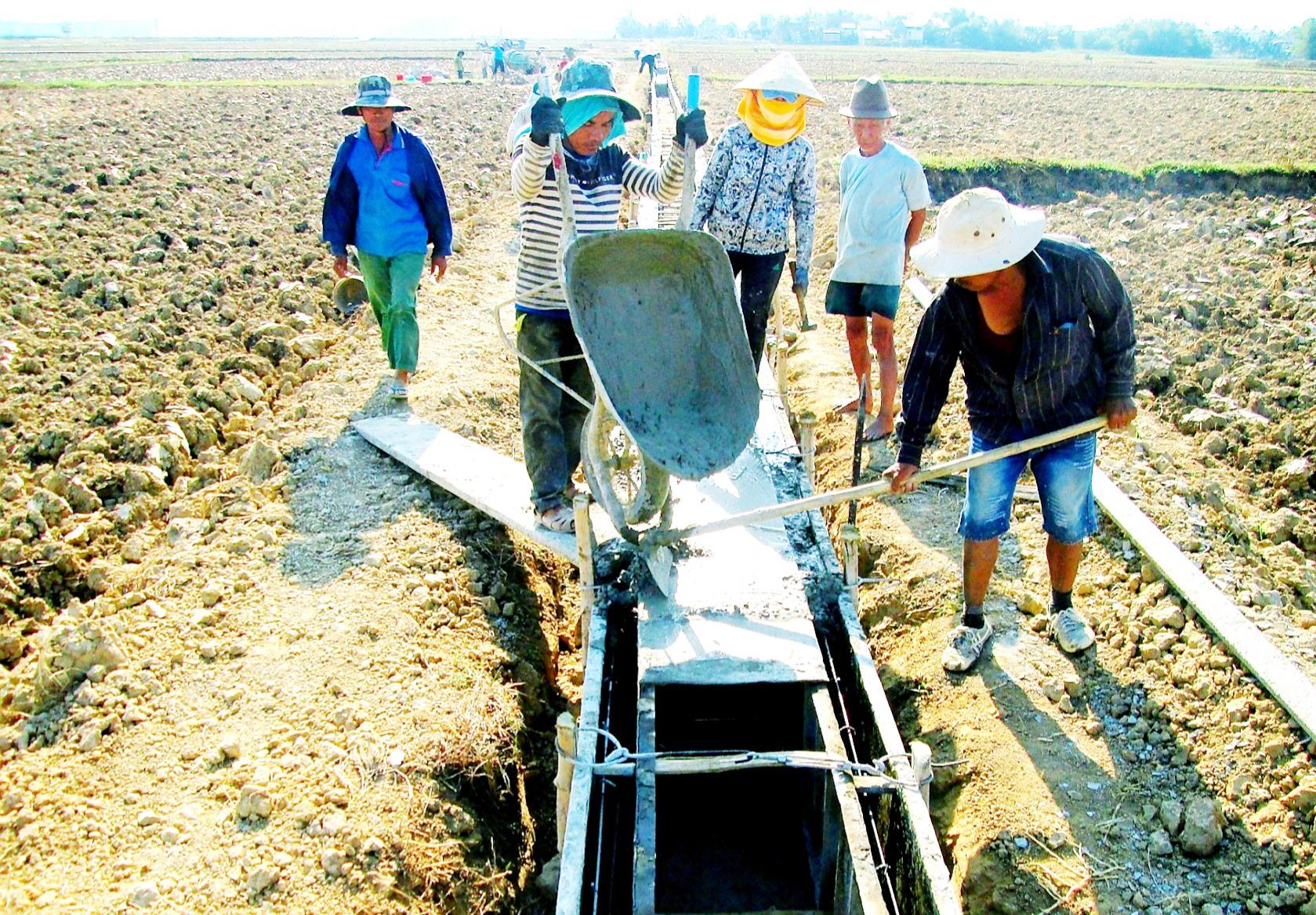 Những năm qua, nhiều địa phương ưu tiên nguồn lực tài chính kiên cố hóa hệ thống kênh mương nhằm đảm bảo nước tưới cho cây trồng. Ảnh: VĂN SỰ