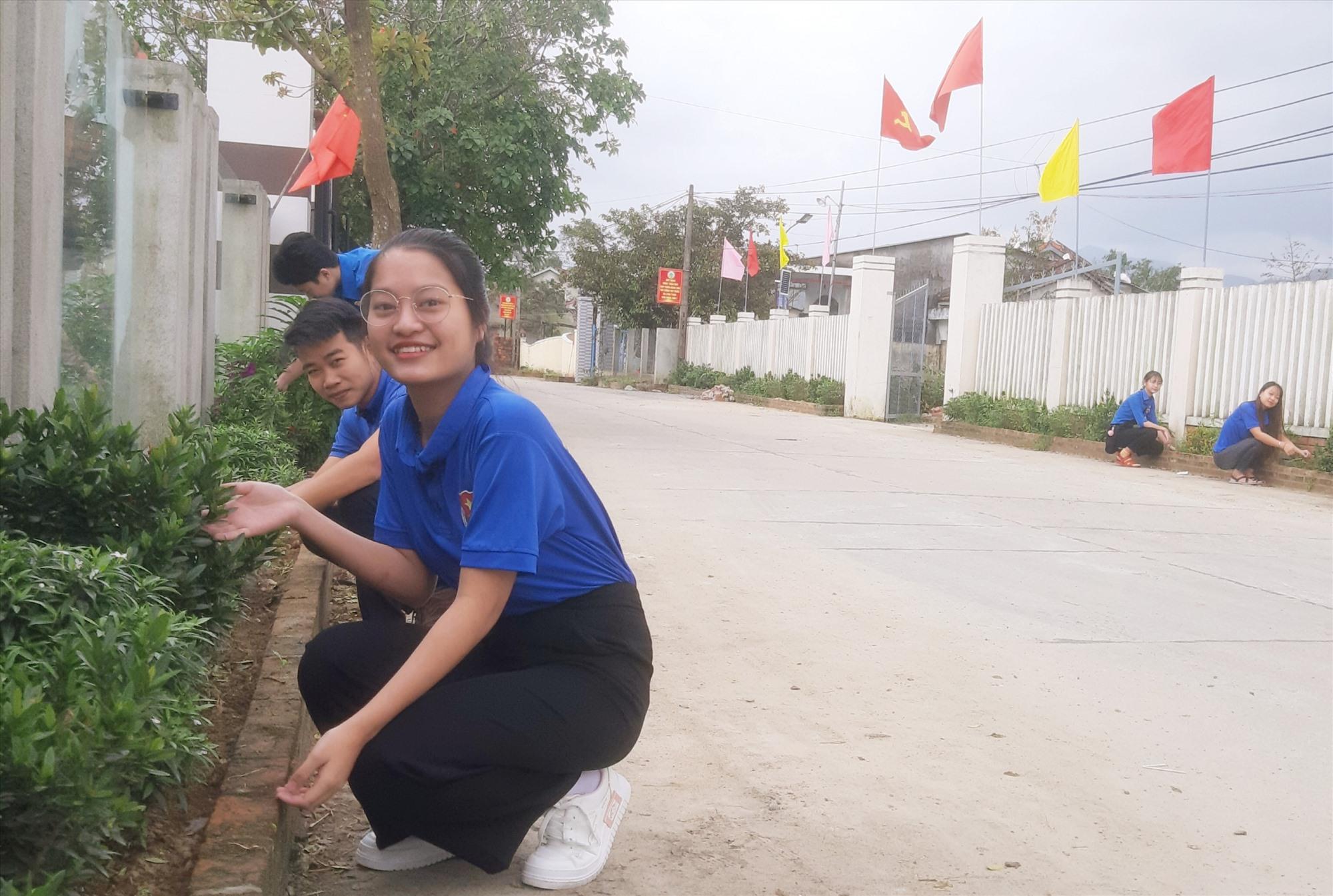 Tuổi trẻ tích cực tham gia trồng và chăm sóc những tuyến đường hoa tại các khu dân cư NTM kiểu mẫu. Ảnh: N.P