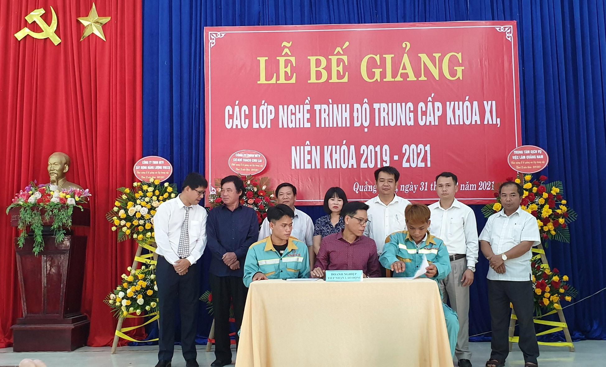 Tổng Công ty CP Xây dựng điện Việt Nam ký kết hợp đồng lao động trực tiếp với lao động ngay tại lễ ra trường trước sự chứng kiến của lãnh đạo địa phương và nhà trường. Ảnh: D.L
