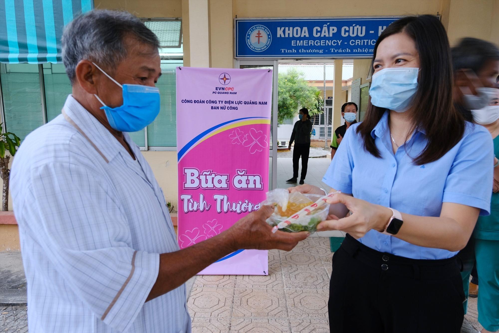 Nữ CNVC-LĐ trao thức ăn sáng miễn phí cho bệnh nhân.