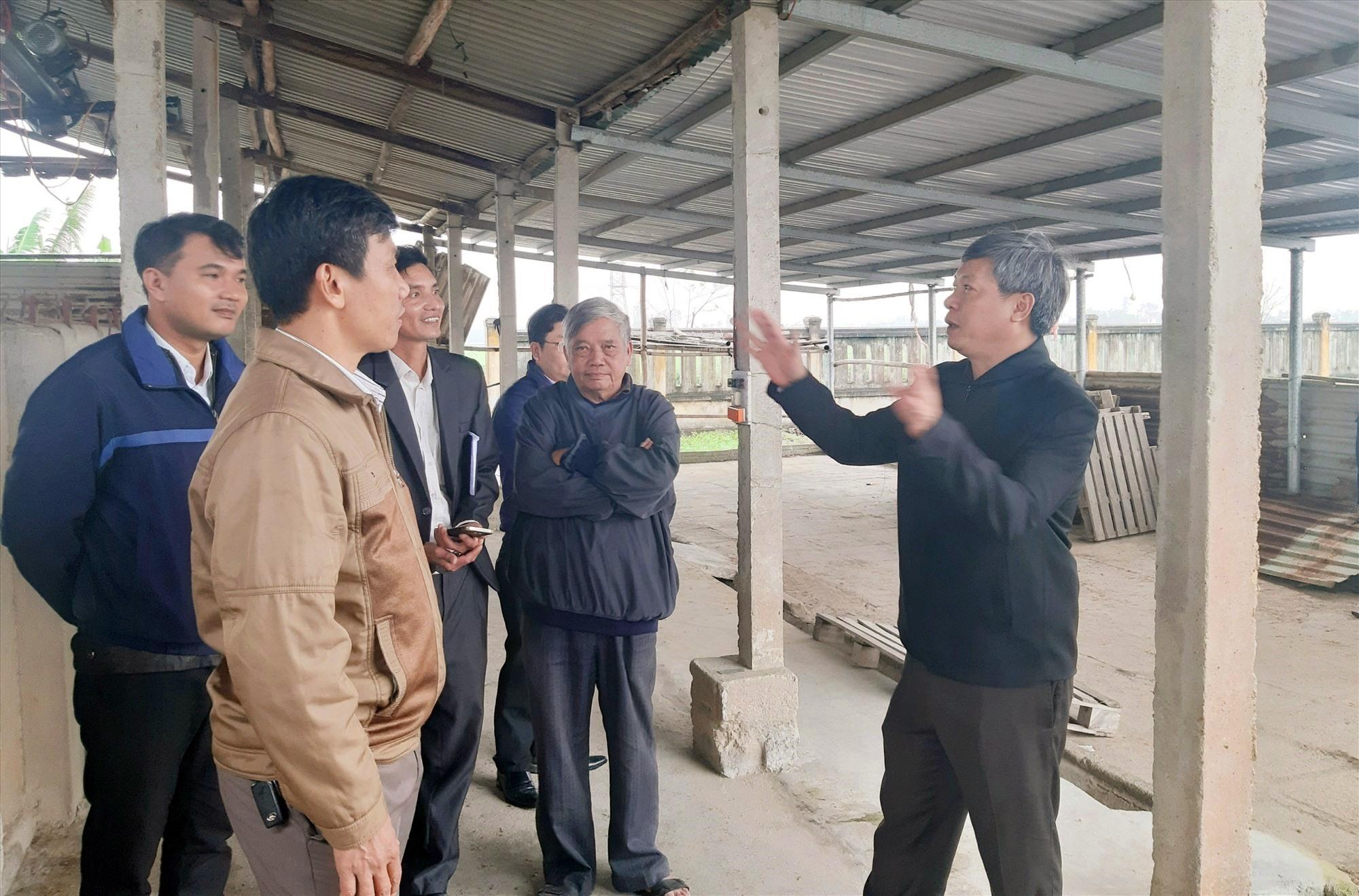 Phó Chủ tịch UBND tỉnh Hồ Quang Bửu và lãnh đạo các ngành liên quan kiểm tra cơ sở hạ tầng của HTX Nông nghiệp 1 Điện Phước (Điện Bàn). Ảnh: Đ.P