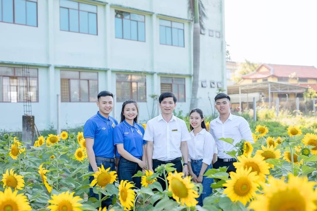 Sinh viên nhà trường chụp hình giữa vườn hoa hướng dương rực rỡ. Ảnh: Đoàn trường