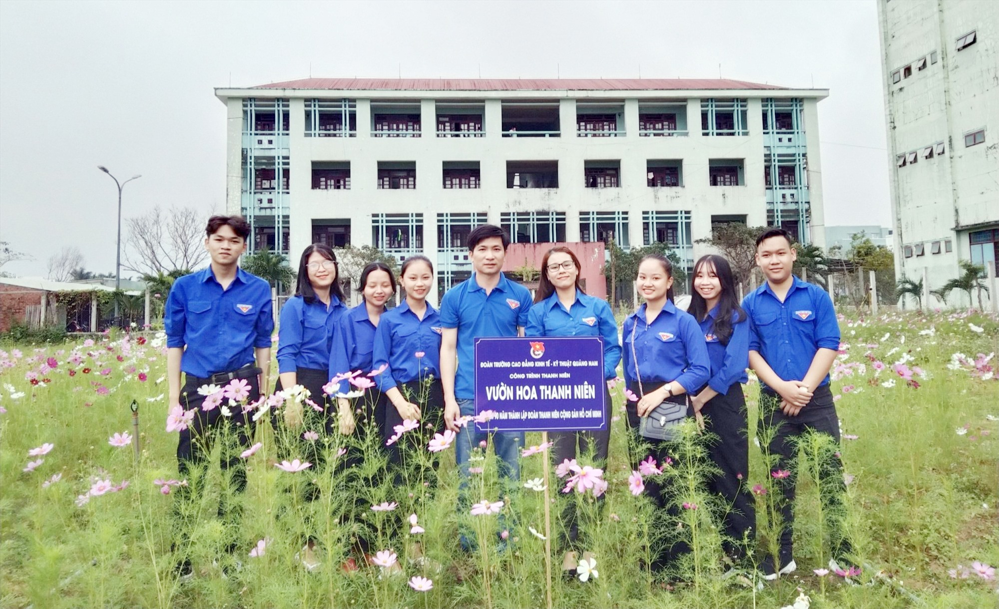 """Đoàn trường Cao đẳng Kinh tế - kỹ thuật Quảng Nam khánh thành công trình """"Vườn hoa thanh niên"""". Ảnh: ĐOÀN TRƯỜNG"""