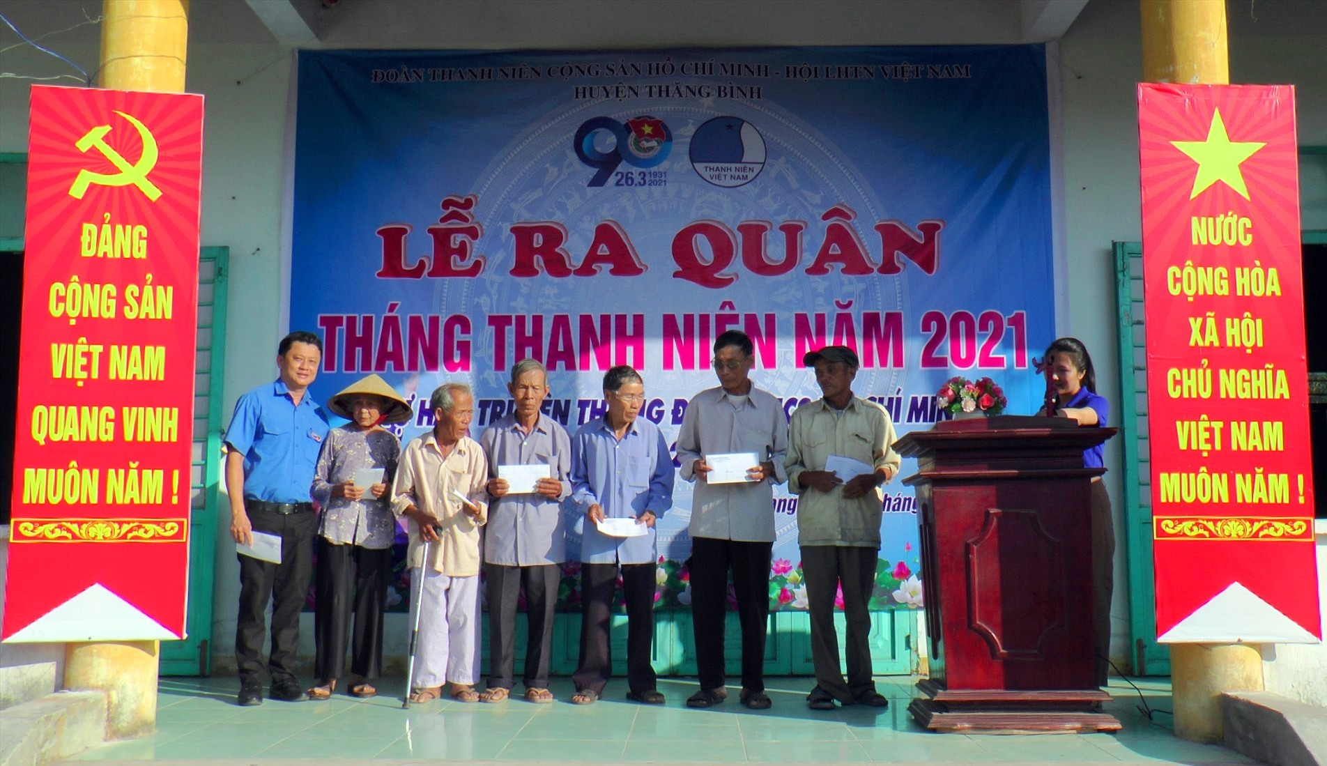 Huyện đoàn Thăng Bình trao quà cho các hộ khó khăn tại xã Bình Giang.