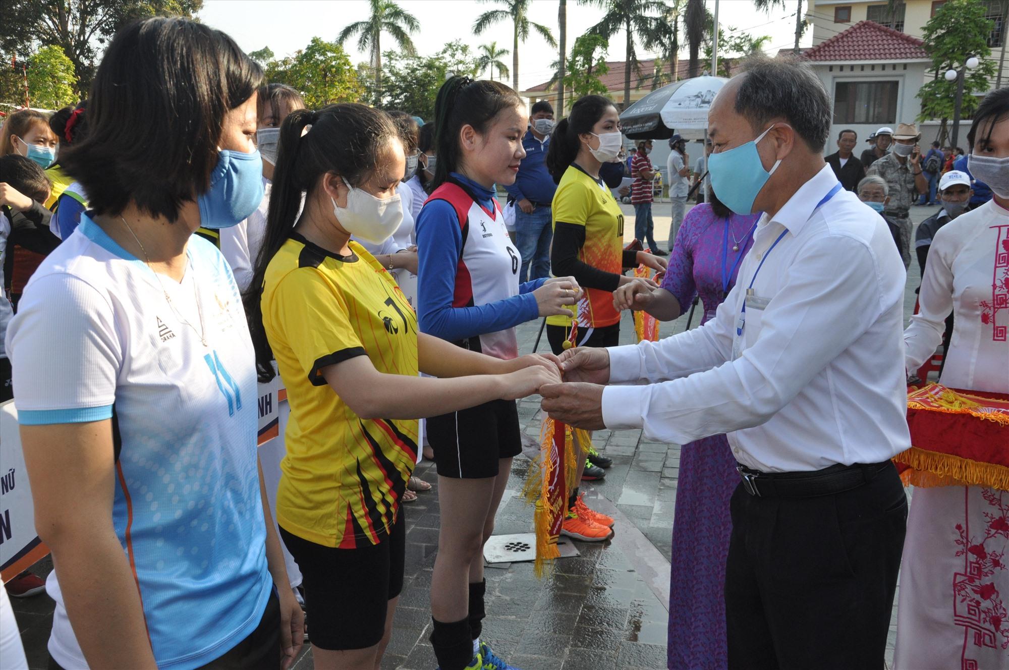 Ban tổ chức tặng cờ lưu niệm cho các đội bóng. Ảnh: T.V