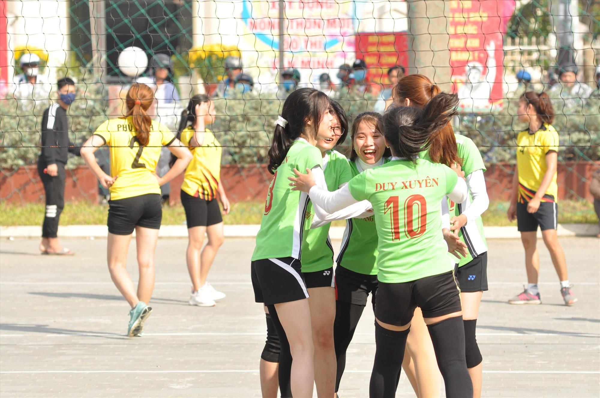 Niềm vui của các vận động viên Duy Xuyên sau chiến thắng đầu tiên trước Phú Ninh. Ảnh: T.V