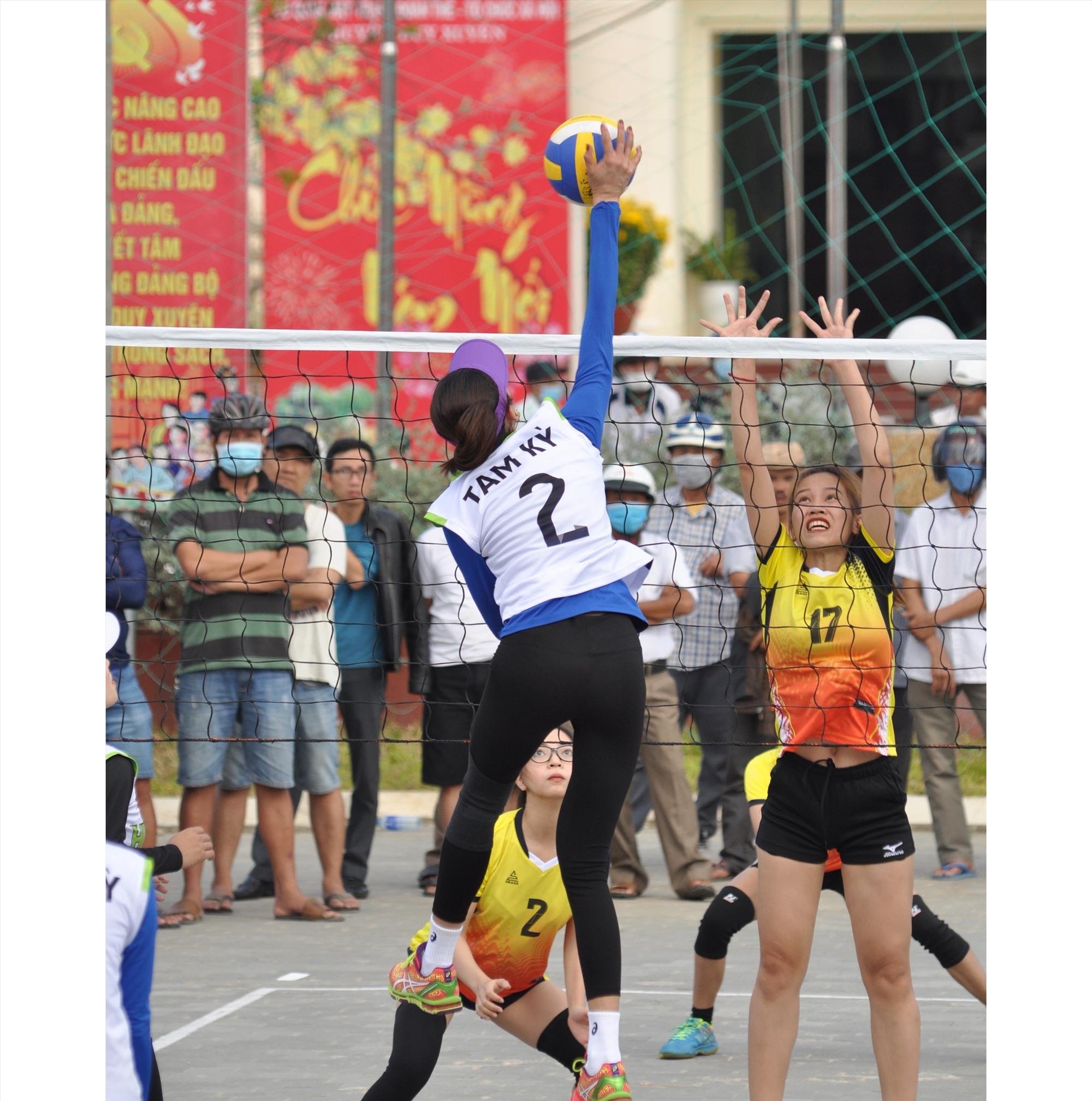 Đương kim vô địch Tam Kỳ gặp Quế Sơn trong trận mở màn. Ảnh: T.V