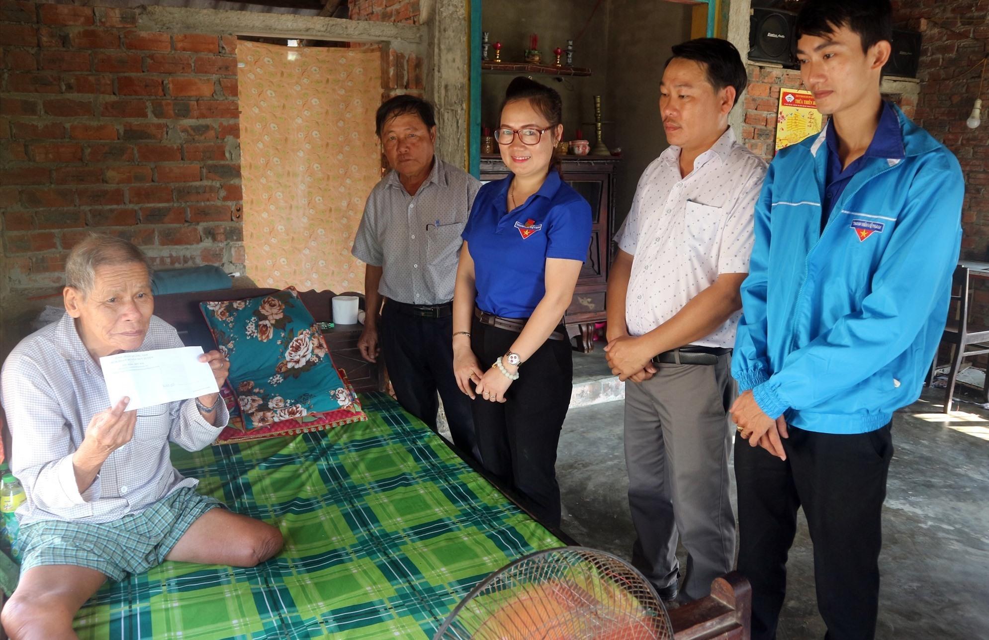 Huyện đoàn Duy Xuyên thăm tặng quà gia đình các cụ neo đơn tại thôn Đông Bình (xã Duy Vinh).