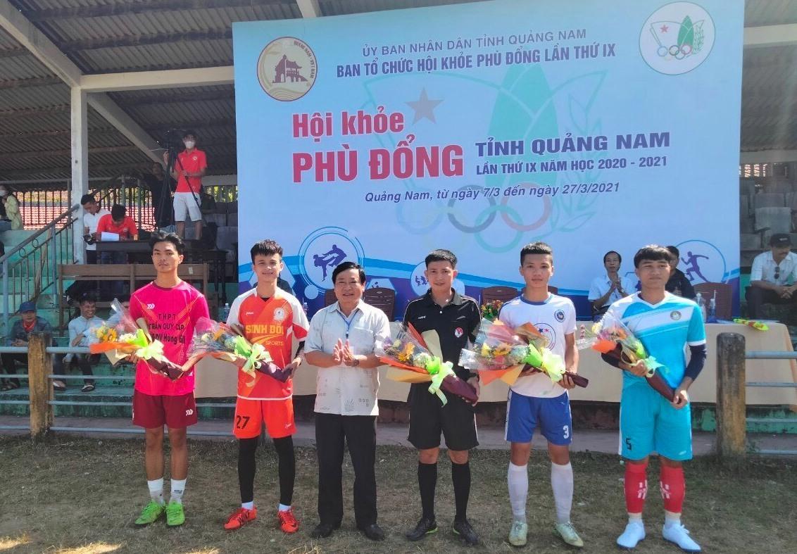 Lãnh đạo Sở GD-ĐT tặng hoa động viên các vận động viên nôn bóng đá thi đấu vòng loại. Ảnh: BTC