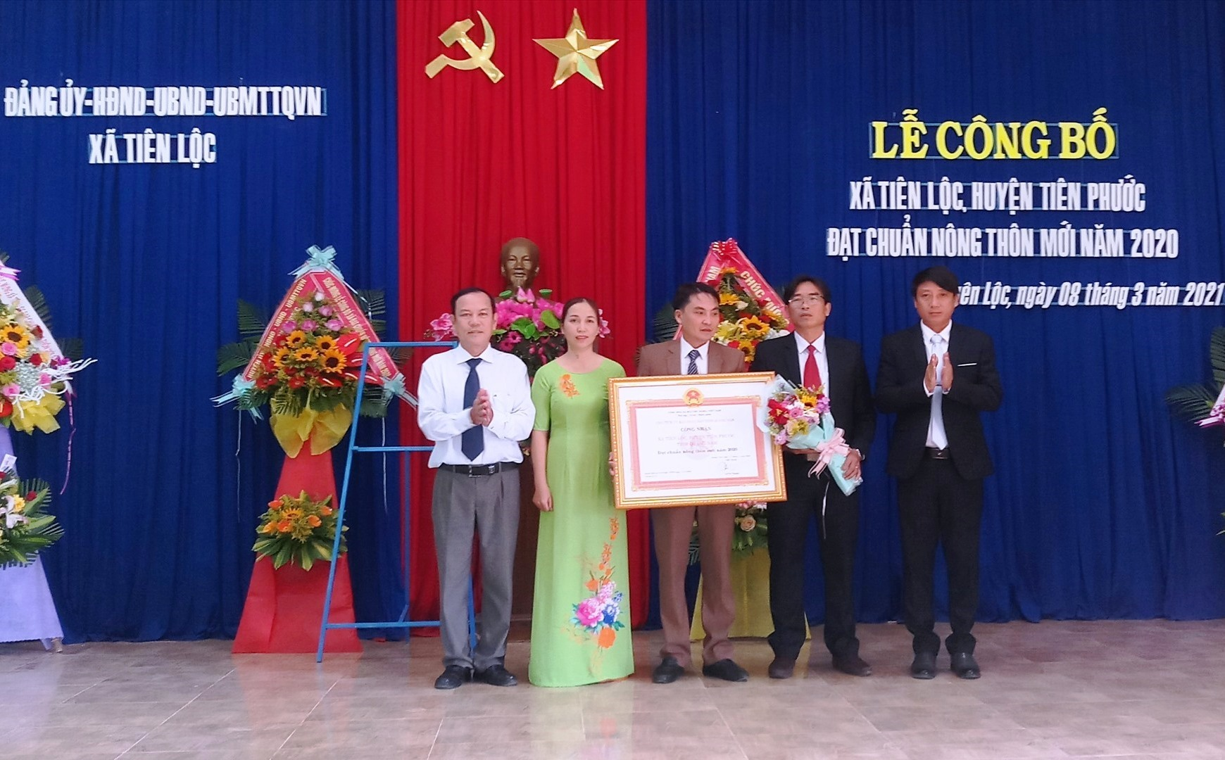Lãnh đạo Văn phòng Điều phối NTM tỉnh, UBND huyện Tiên Phước đã trao Bằng công nhận đạt chuẩn NTM năm 2020 cho xã Tiên Lộc