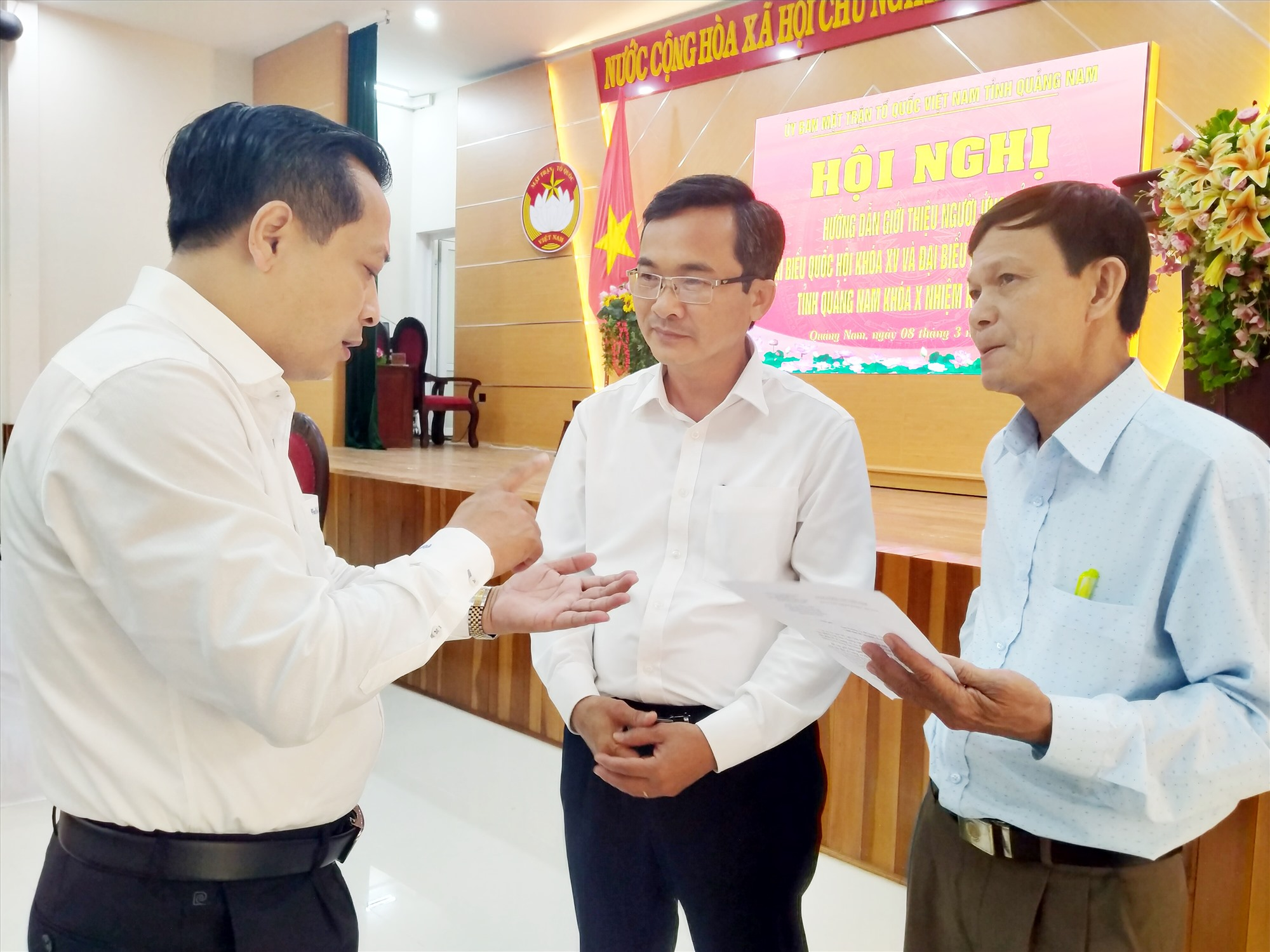 Phó Chủ tịch Thường trực Ủy ban MTTQ Việt Nam tỉnh Nguyễn Phi Hùng (giữa) trao đổi với các đại biểu dự hội nghị về việc giới thiệu người ra ứng cử ĐBQH khóa XV và đại biểu HĐND các cấp nhiệm kỳ 2021 - 2026. Ảnh: ĐOAN VINH