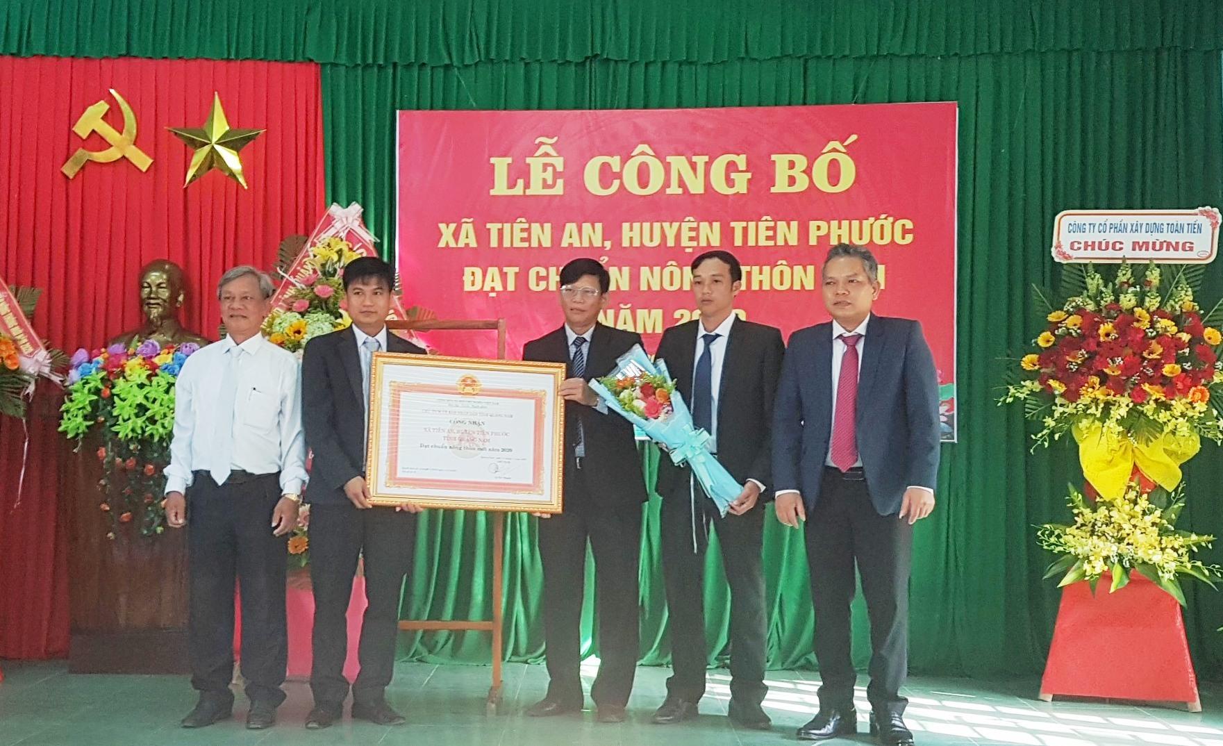 Đảng ủy, UBND xã Tiên An đón nhận Bằng công nhận xã đạt chuẩn nông thôn mới. Ảnh: D.L