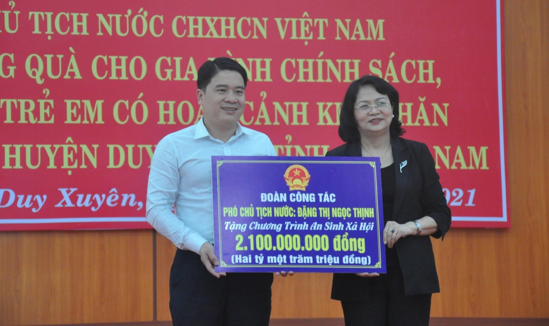Phó Chủ tịch nước Đặng Thị Ngọc Thịnh trao tặng 2,1 tỷ đồng cho Chương trình an sinh xã hội của tỉnh