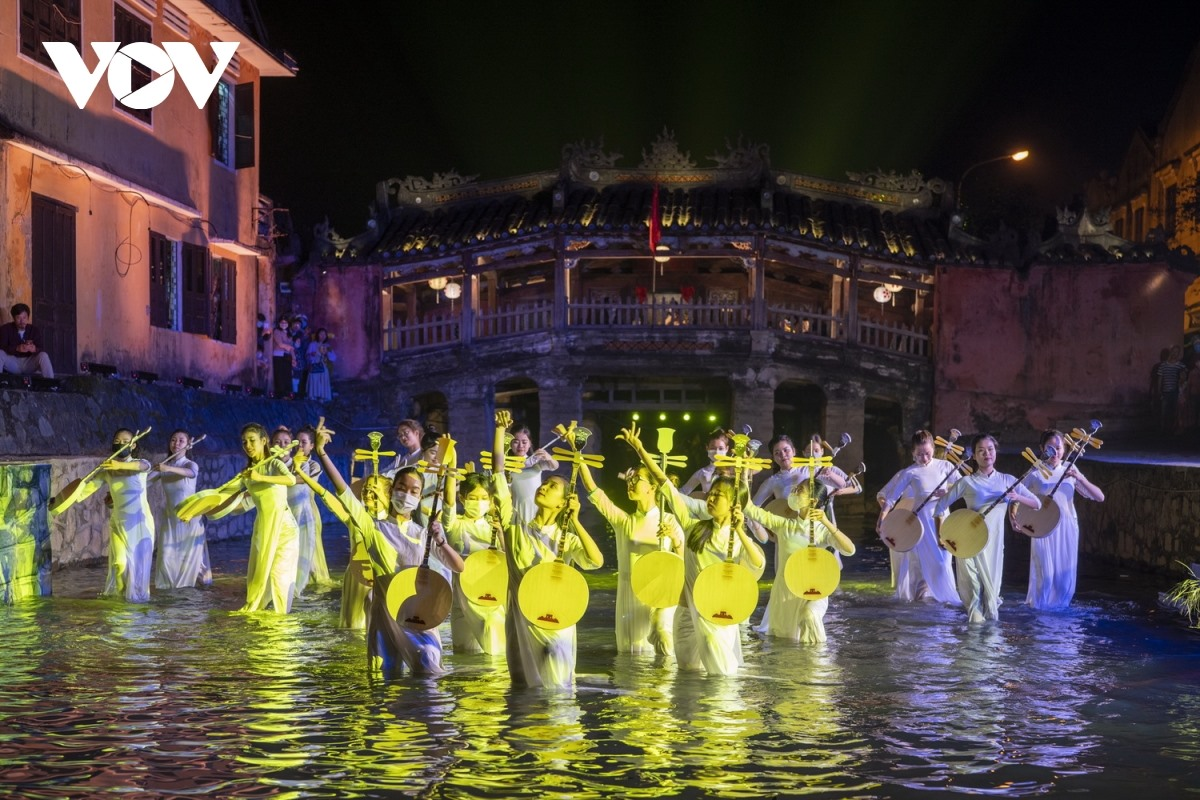 Both domestic and foreign actors and artisans in Hoi An Show. Photo: VOV