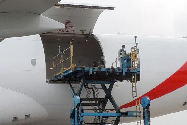 Chuyến bay chở lô vắc xin đầu tiên của Covax tới Việt Nam sáng nay. Ảnh: Tùng Mạnh