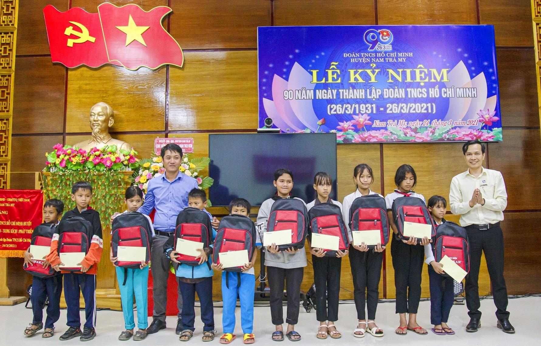 Đoàn thanh niên Thaco trao 10 suất học bổng cho học sinh có hoàn cảnh khó khăn trên địa bàn Nam Trà My.