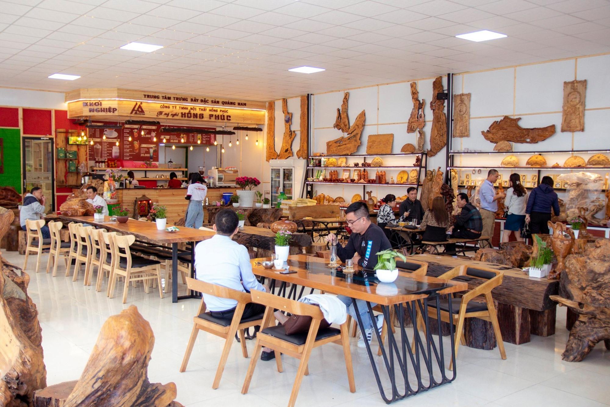 Sản phẩm mỹ nghệ từ quế và từ gỗ lũa, gỗ mục của Công ty Hồng Phúc trưng bày tại quán cà phê Khởi nghiệp. Ảnh: C.N
