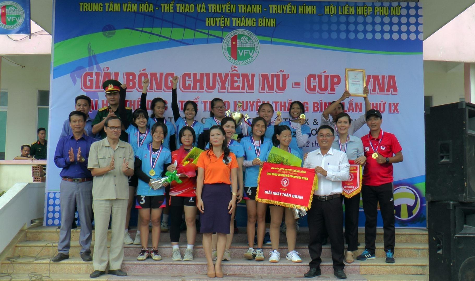 Ban tổ chức trao chức vô địch cho đội bóng chuyền nữ thị trấn Hà Lam.