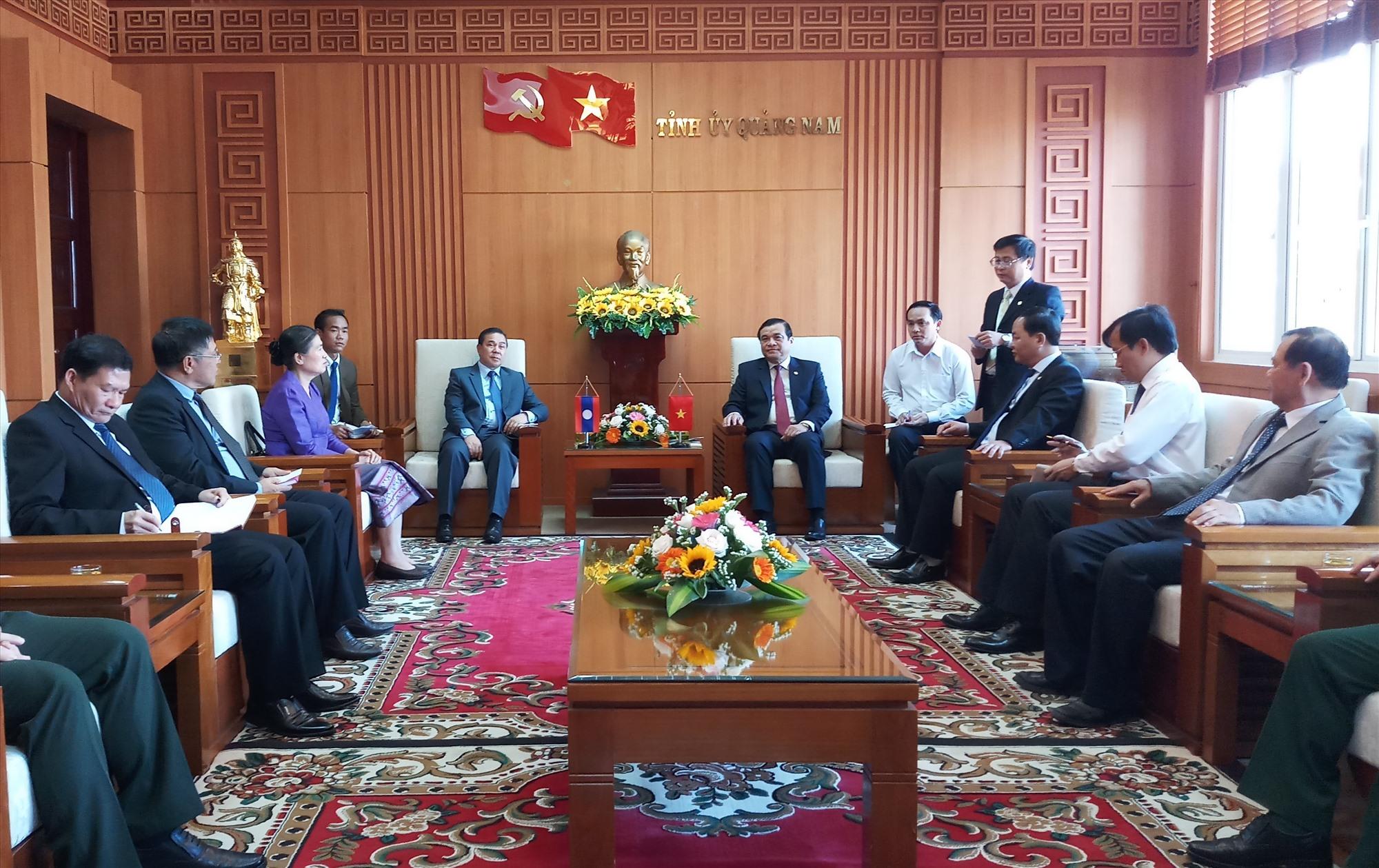 Đoàn côg tác của Đại sứ Quán Lào tại Việt Nam đến thăm, chào xã giao lãnh đạo tỉnh Quảng Nam. Ảnh: A.N