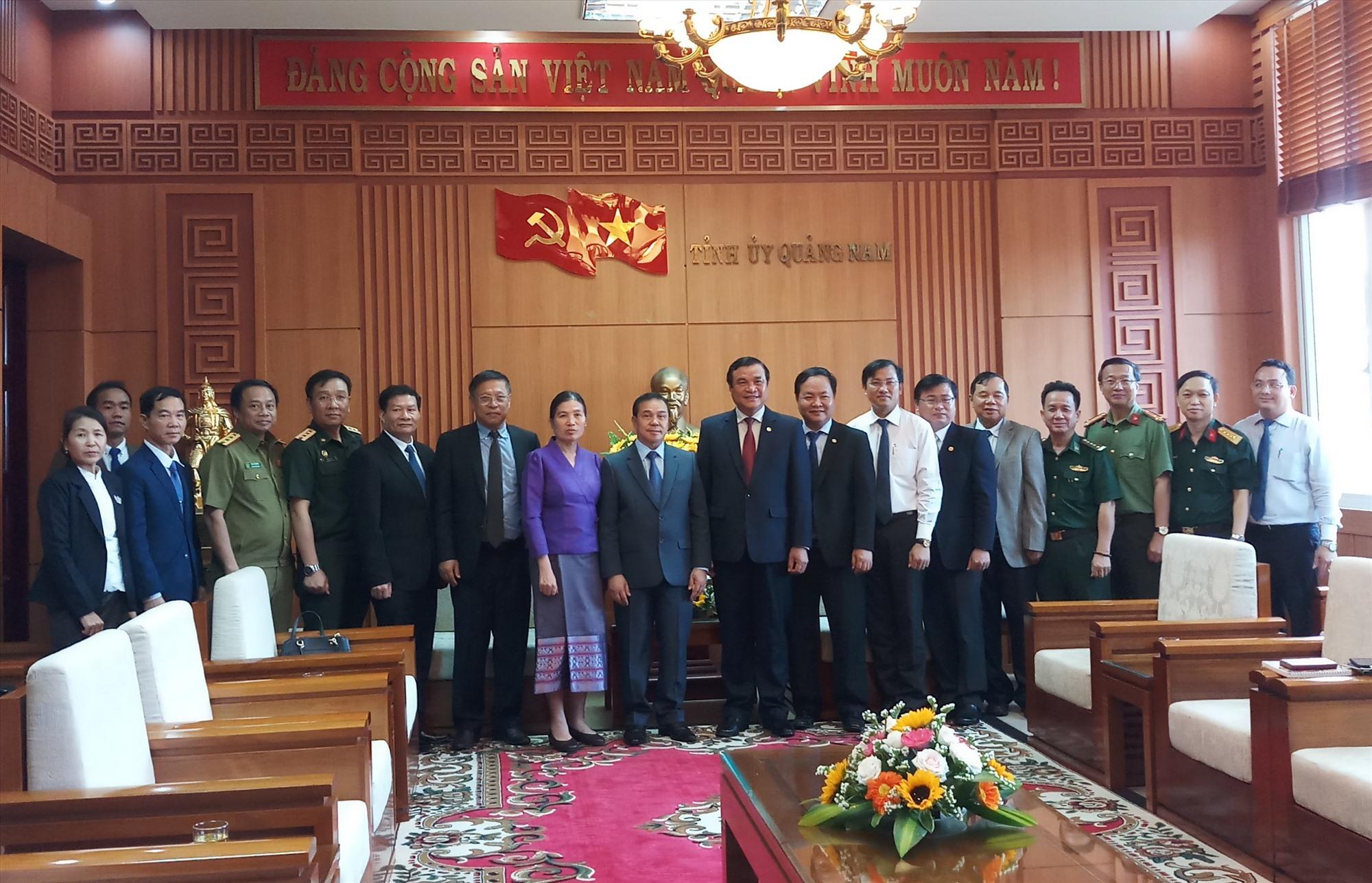 Lãnh đạo tỉnh chụp ảnh lưu niệm với đoàn công tác của Đại sứ quán Lào tại Việt Nam. Ảnh: A.N