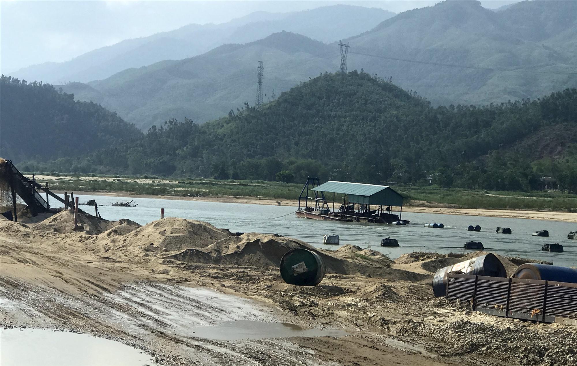 Khai thác cát sỏi lòng sông Vu Gia, đoạn xã Đại Đồng (Đại Lộc). Ảnh: T.H